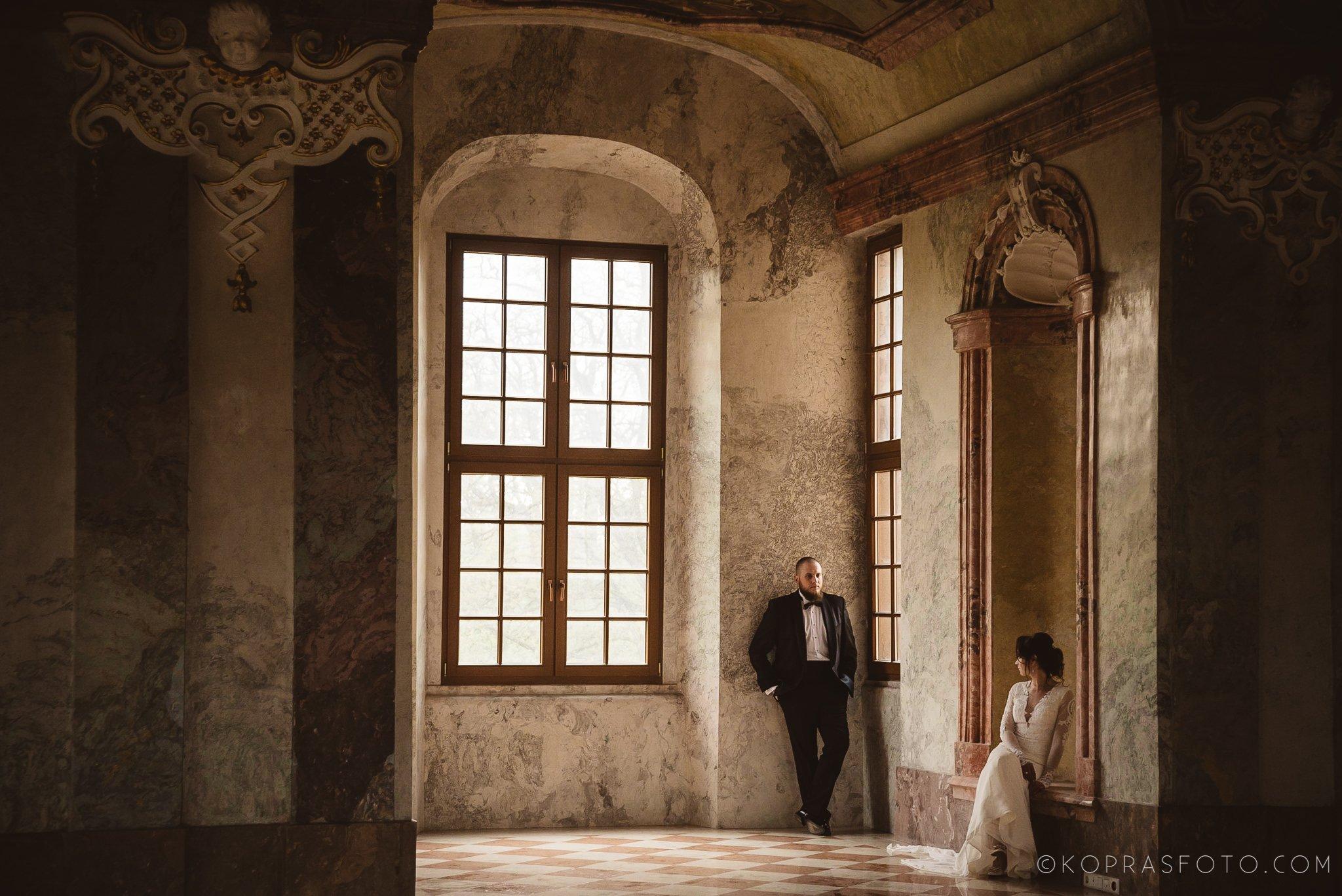 Jeszcze raz chcielibyśmy tam pojechać, Koprasfoto wykonali Sesja plenerowa w Łubiążu z Asią i Łukaszem, fantastyczne miejsce koło Wrocławia, niesamowite wnętrza w Klasztorze CystersówSesja plenerowa w Łubiążu z Asią i Łukaszem, fantastyczne miejsce koło Wrocławia, niesamowite wnętrza klasztoru cystersów, sesja ślubna tam to marzenie, przepiękne sufity