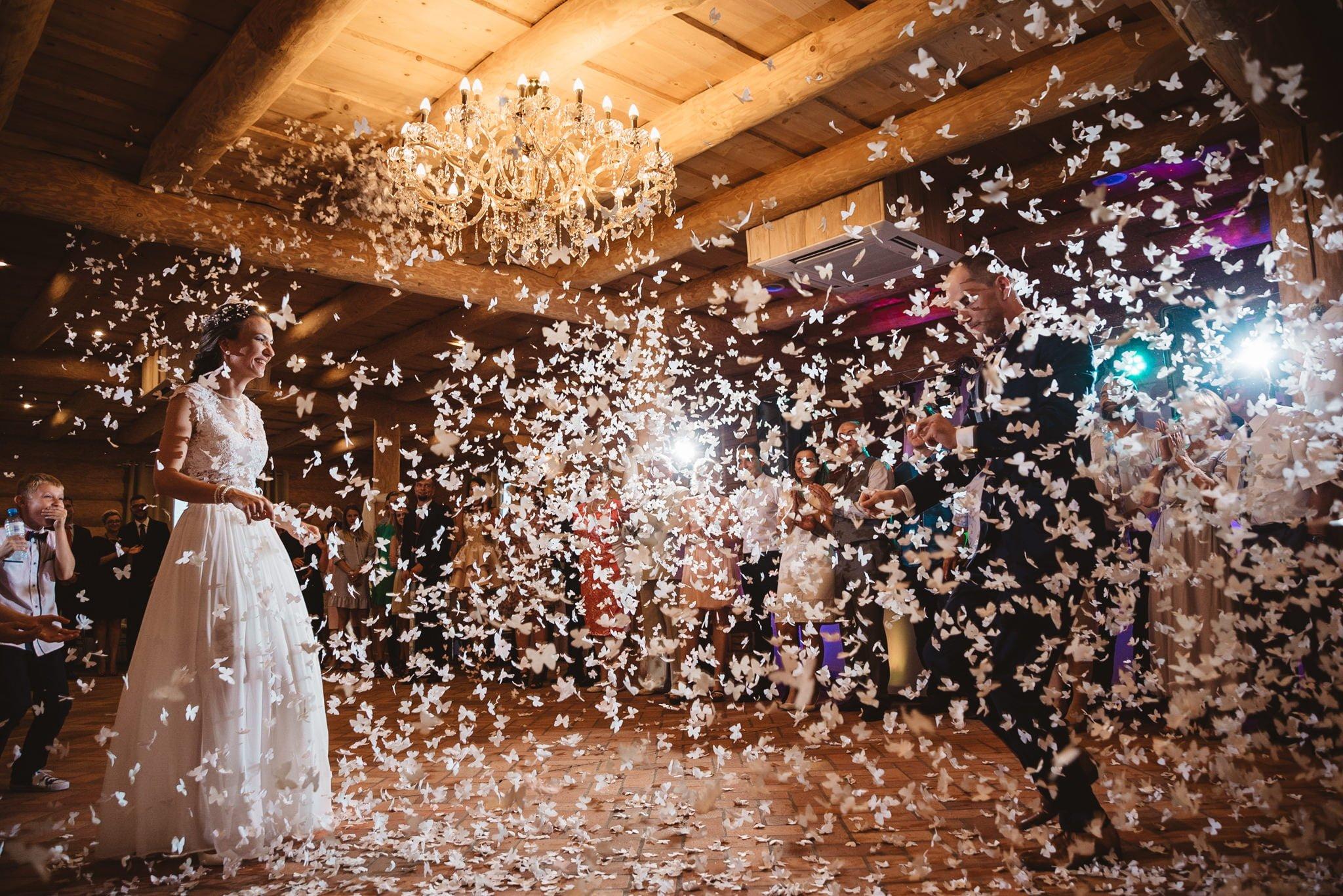 Pierwszy taniec, para młoda na parkiecie i morze konfetti, koprasfoto, fotograf ślubny konin, Kapitańska, sala weselna, fotografia ślubna, super sala, dobra zabawa na weselu,