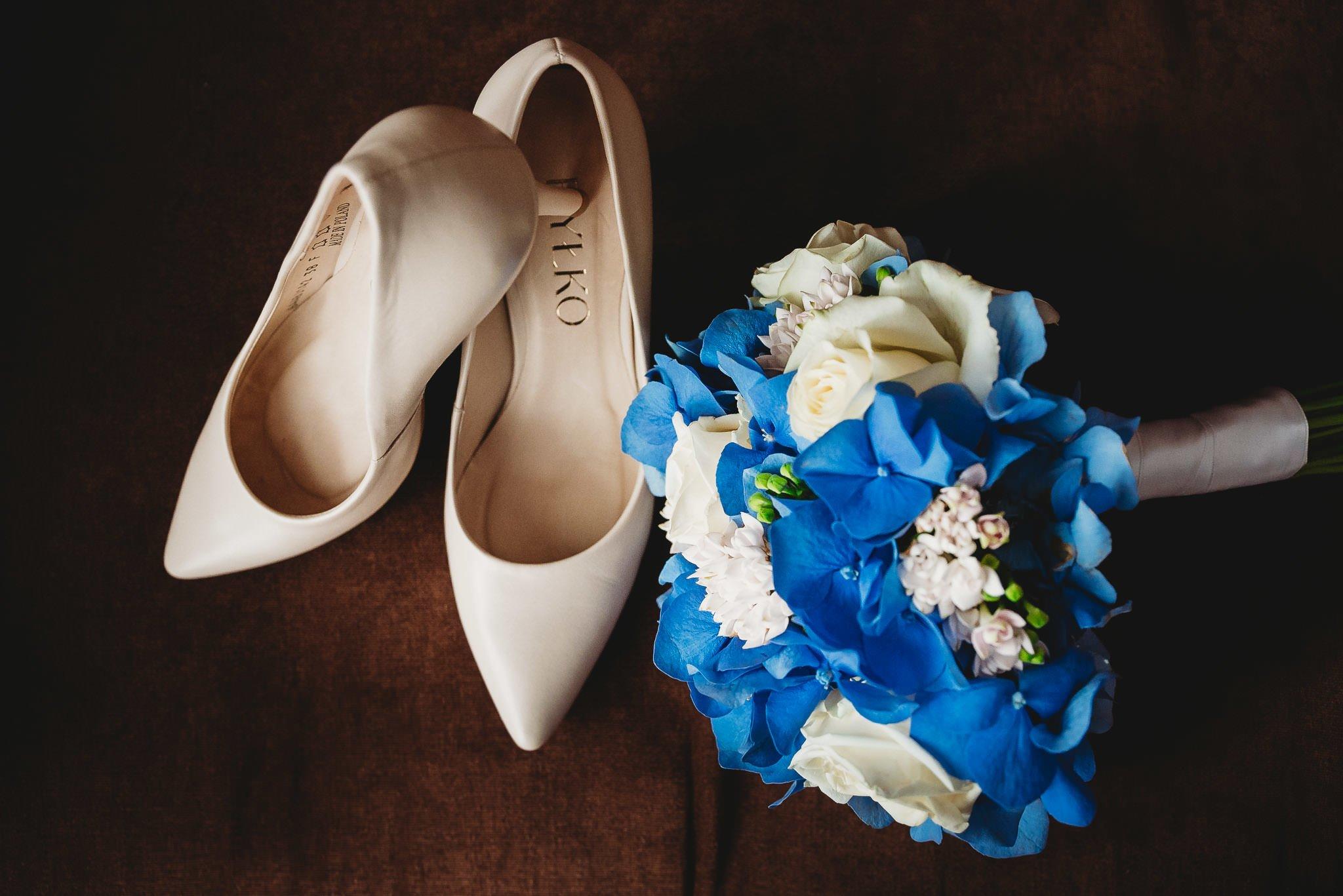 przygotowania panny młodej, hotel papaver ślesin, kreatywna fotografia, magia zdjęcia, buty, ryłoko, bukiet, kwiaty,