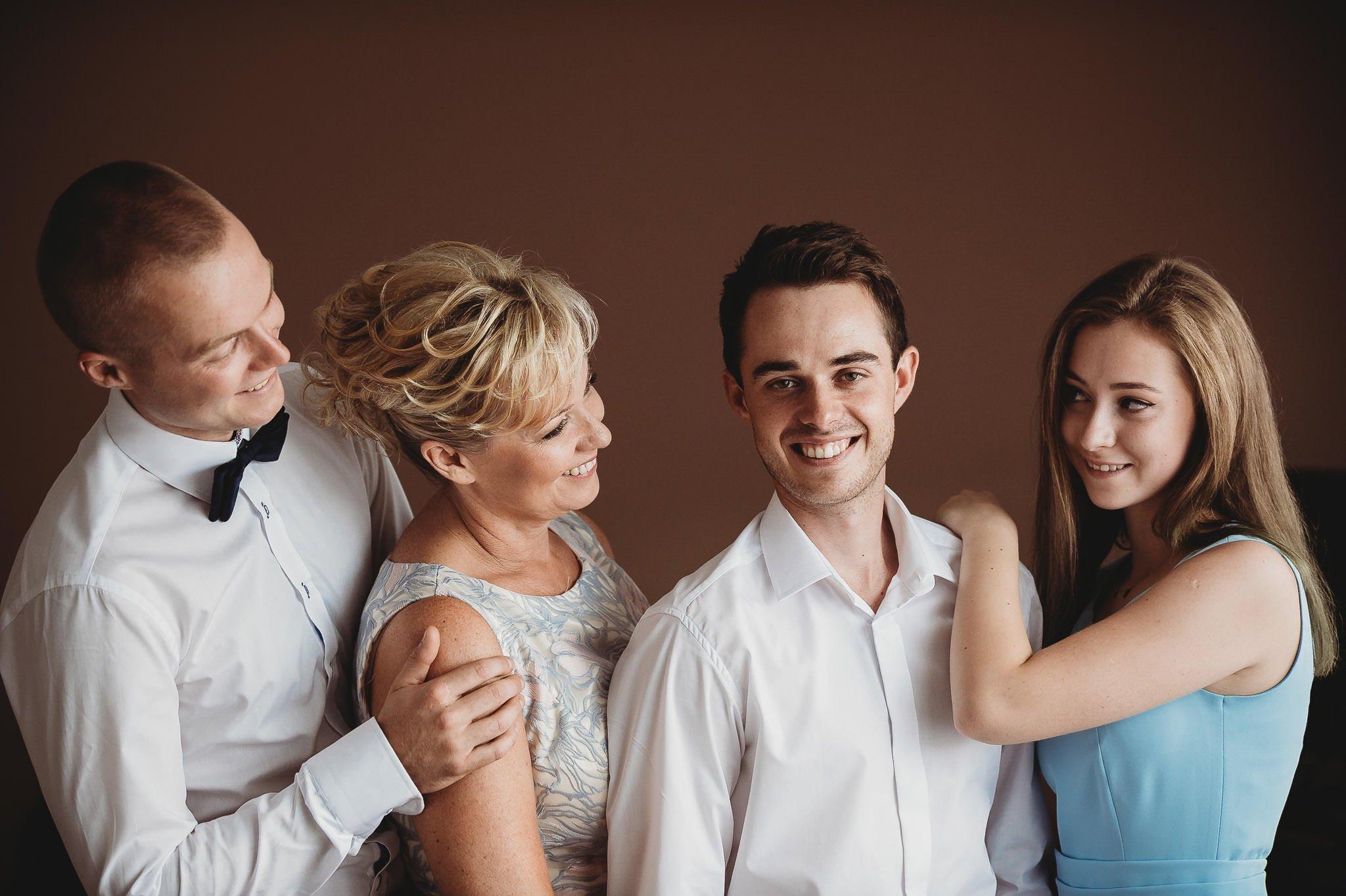 zdjęcia ślubne z rodziną, pozowane