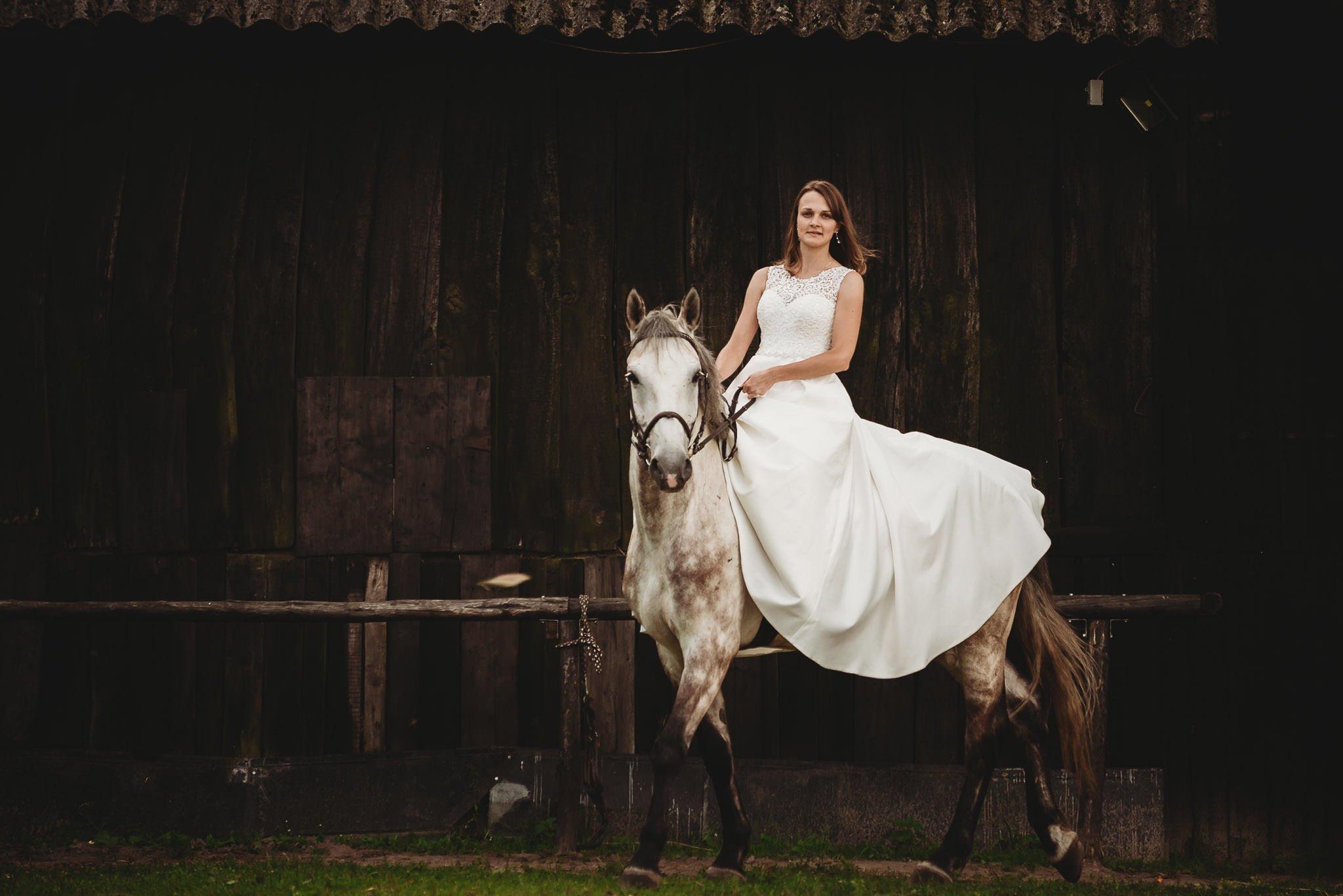 Monika i Michał, wesele w Paryżu i sesja plenerowa w stadninie koni w Czołowie 388
