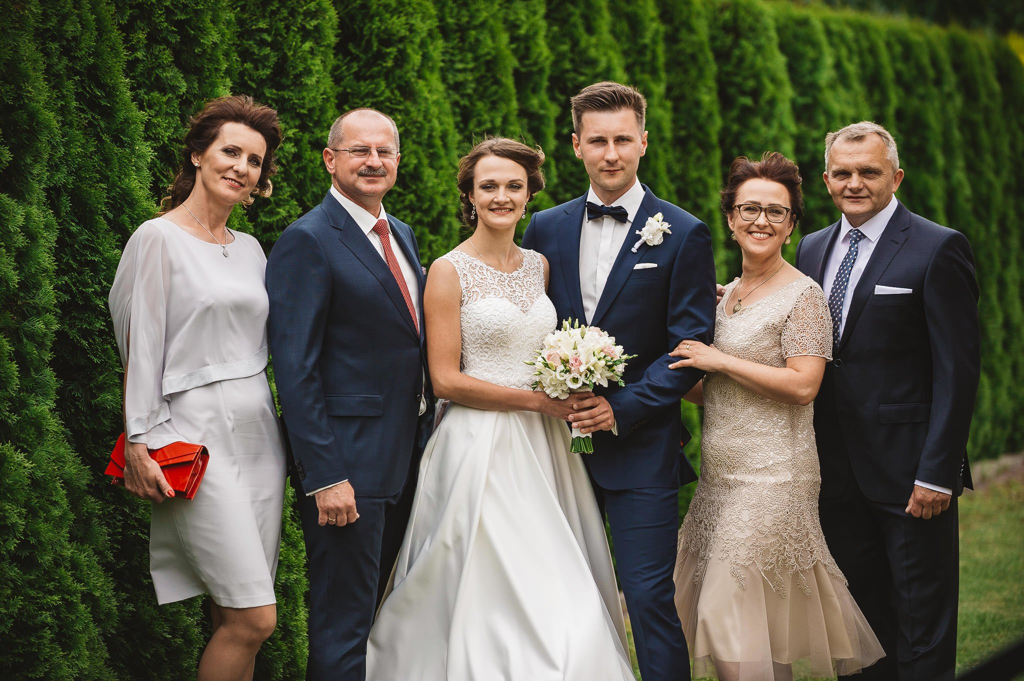 zdjęcia pozowane z rodziną, para młoda i rodzice, piękna pamiątka, zdjęcia ślubne