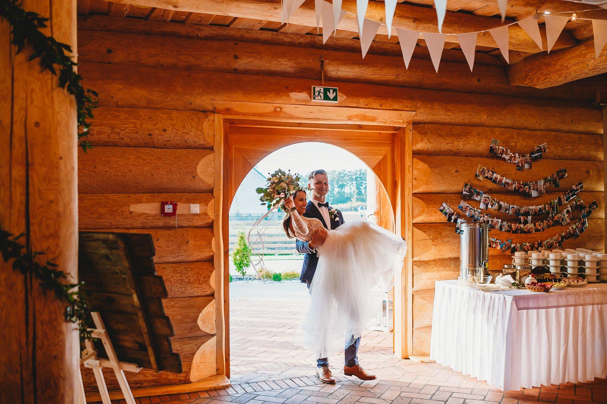 Fantastyczny ślub w stylu rustykalnym, wesele w Kapitańskiej  fotograf ślubny Konin 197