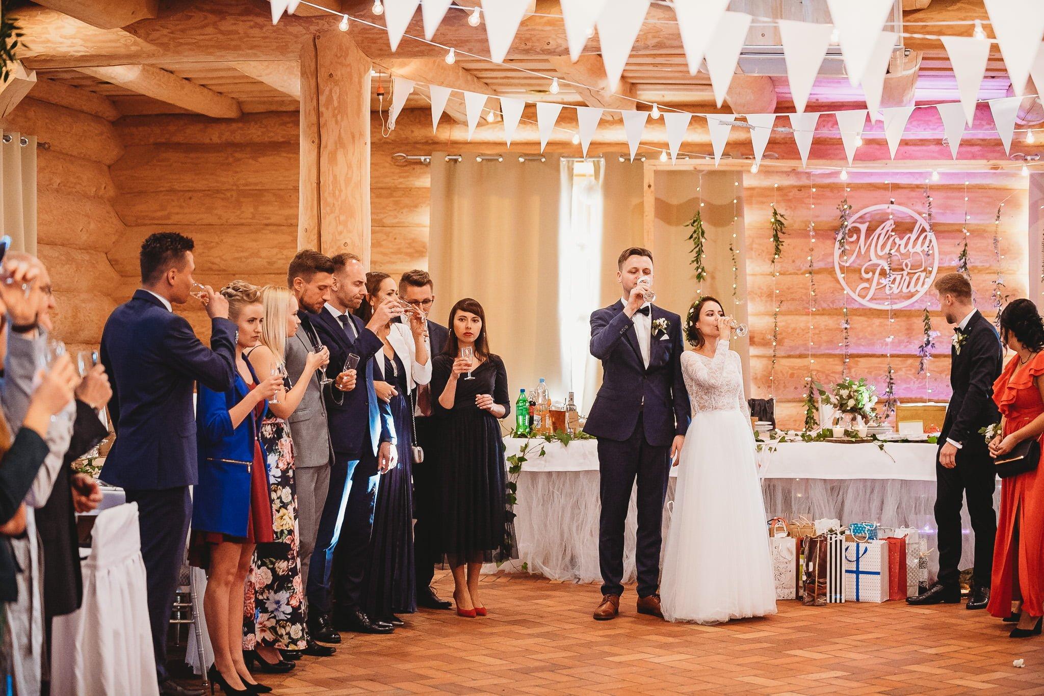 Fantastyczny ślub w stylu rustykalnym, wesele w Kapitańskiej  fotograf ślubny Konin 223