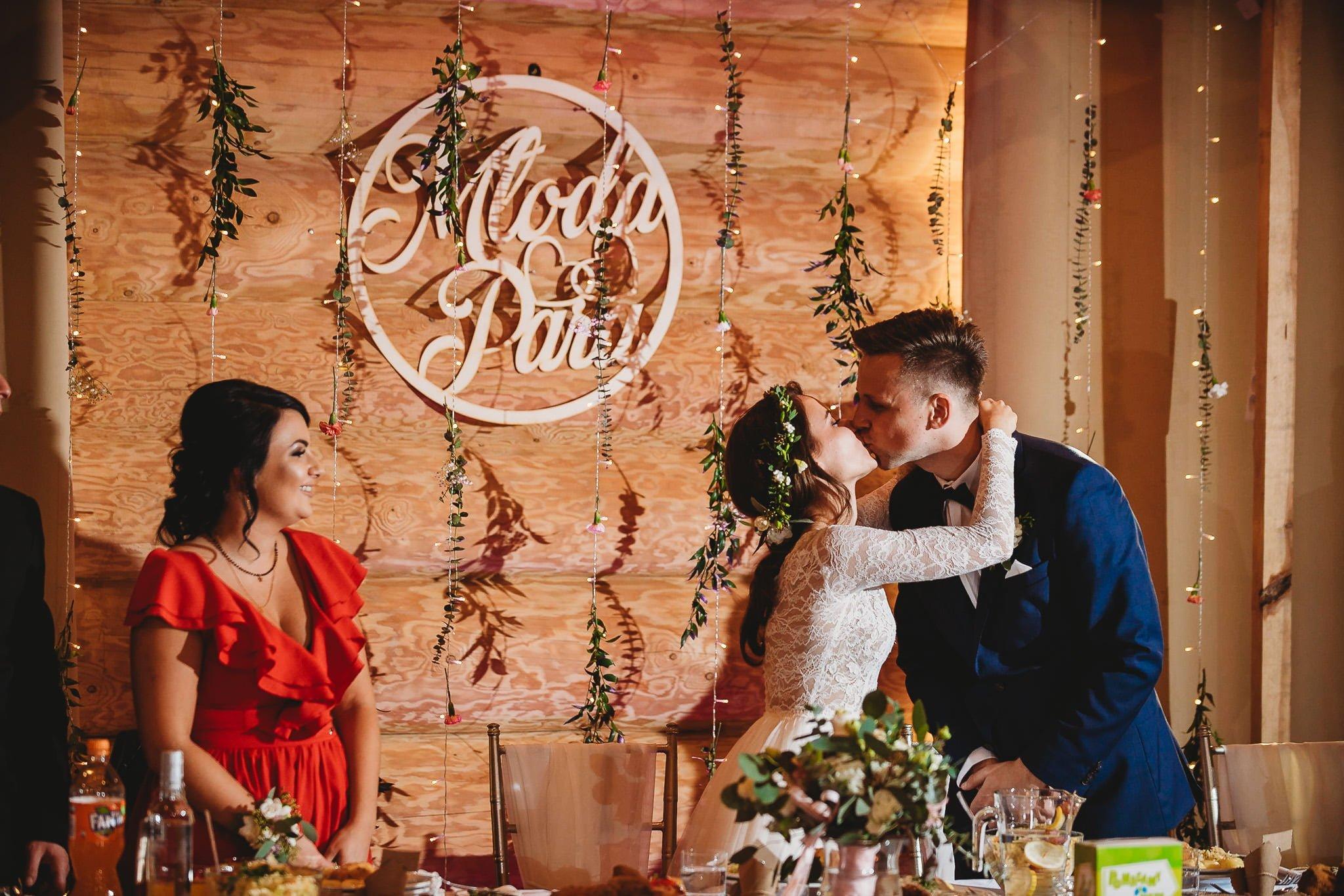 Fantastyczny ślub w stylu rustykalnym, wesele w Kapitańskiej  fotograf ślubny Konin 231