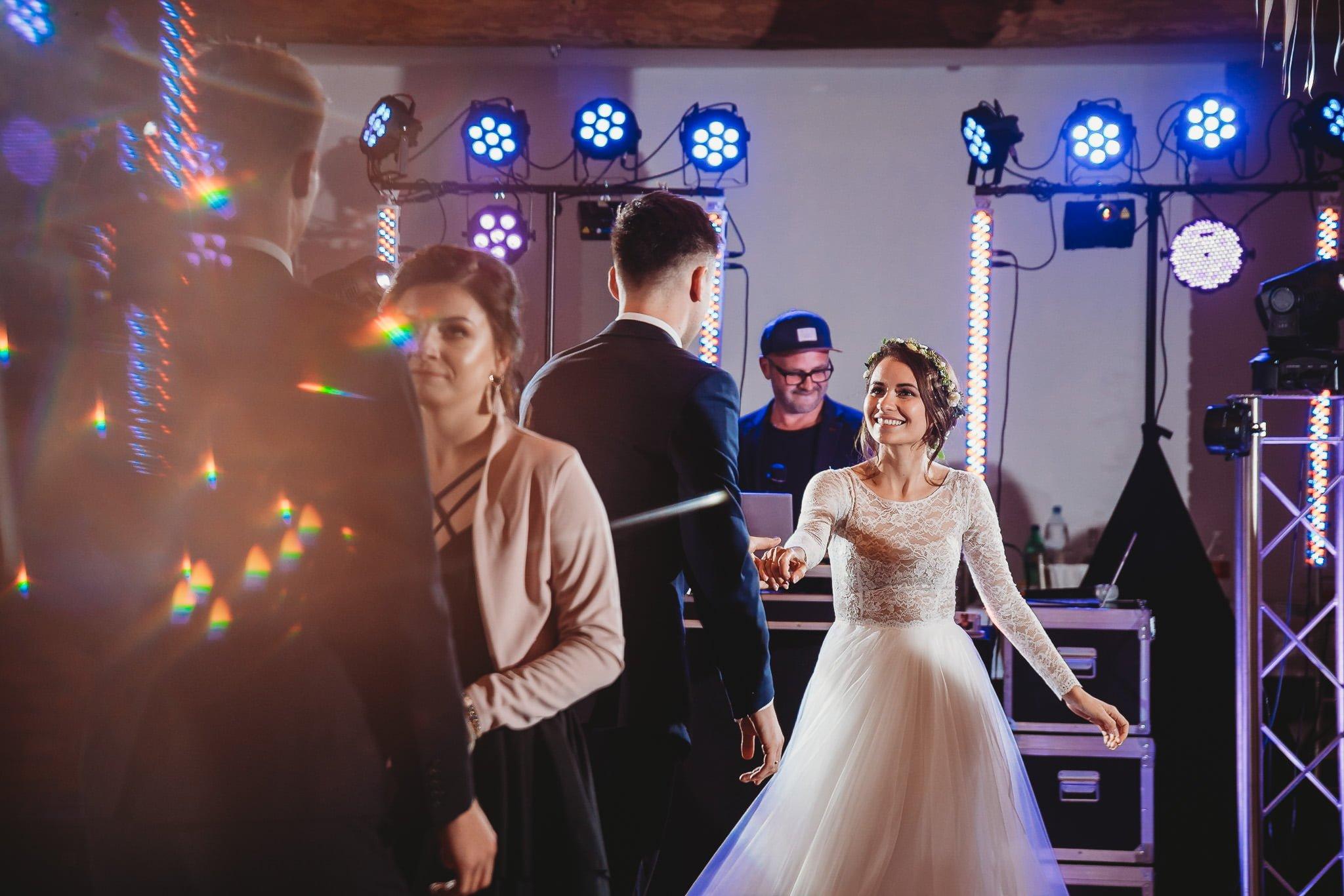 Fantastyczny ślub w stylu rustykalnym, wesele w Kapitańskiej  fotograf ślubny Konin 262