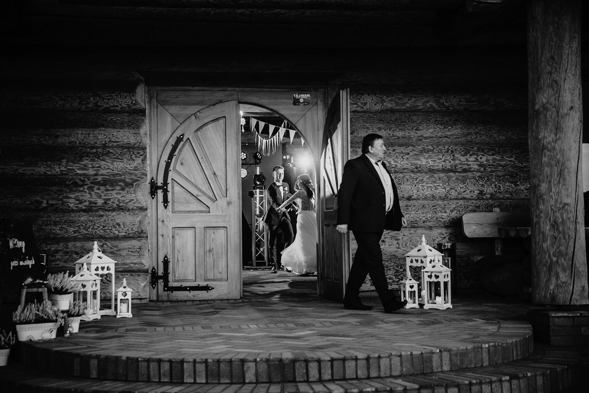Fantastyczny ślub w stylu rustykalnym, wesele w Kapitańskiej  fotograf ślubny Konin 266