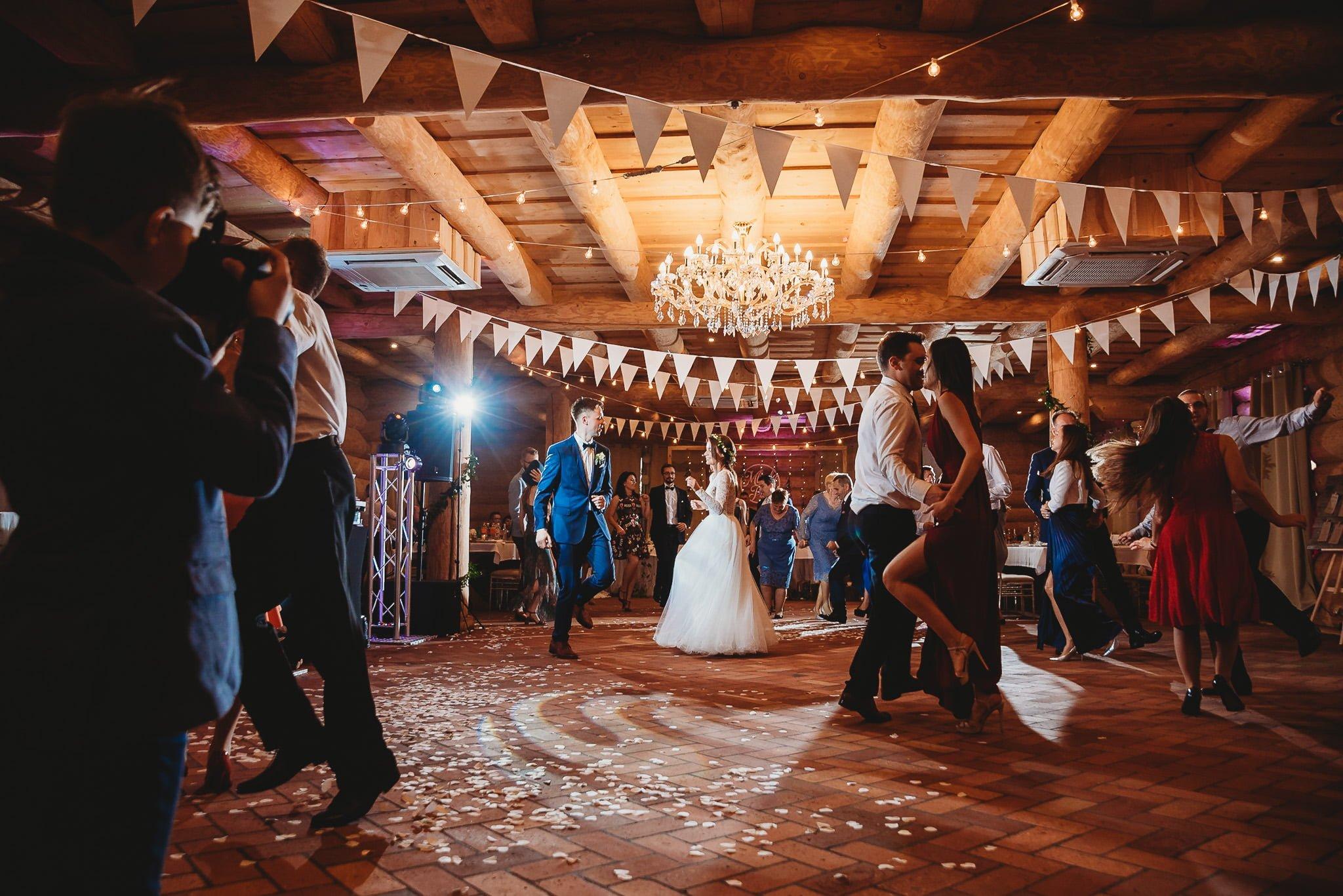 Fantastyczny ślub w stylu rustykalnym, wesele w Kapitańskiej  fotograf ślubny Konin 272