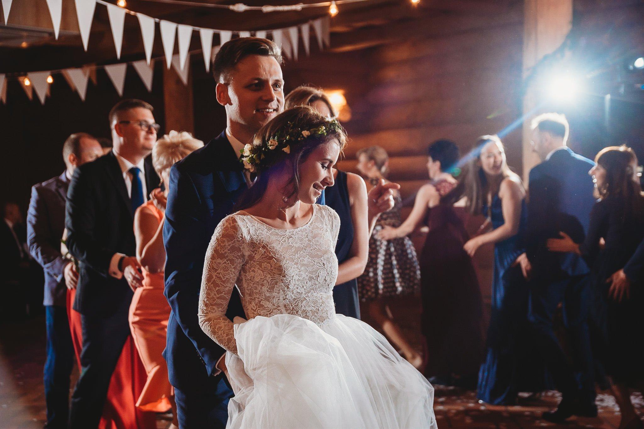 Fantastyczny ślub w stylu rustykalnym, wesele w Kapitańskiej  fotograf ślubny Konin 318