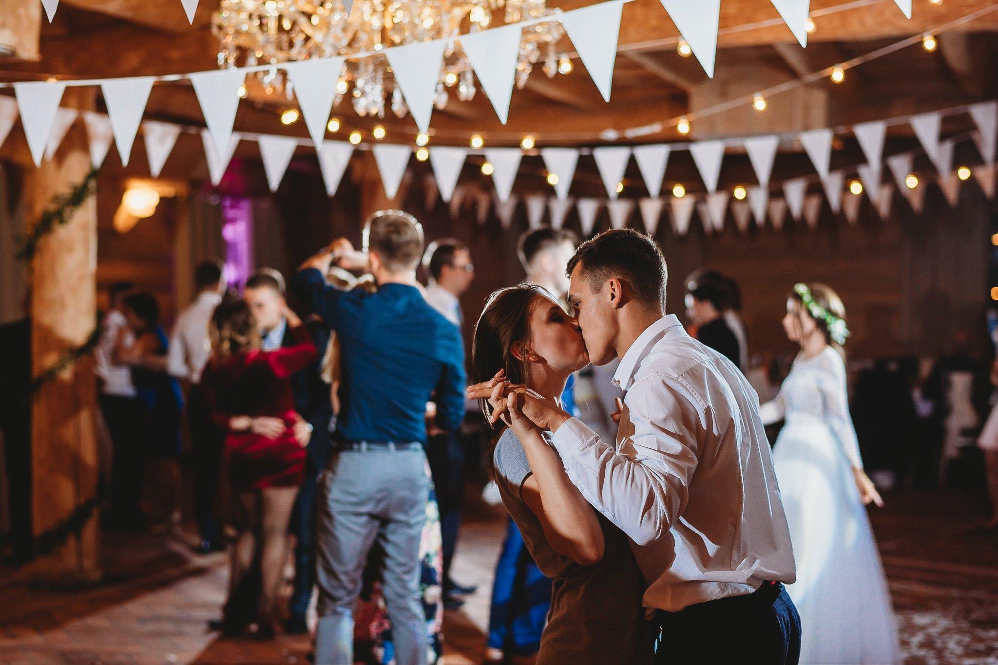 Fantastyczny ślub w stylu rustykalnym, wesele w Kapitańskiej  fotograf ślubny Konin 342