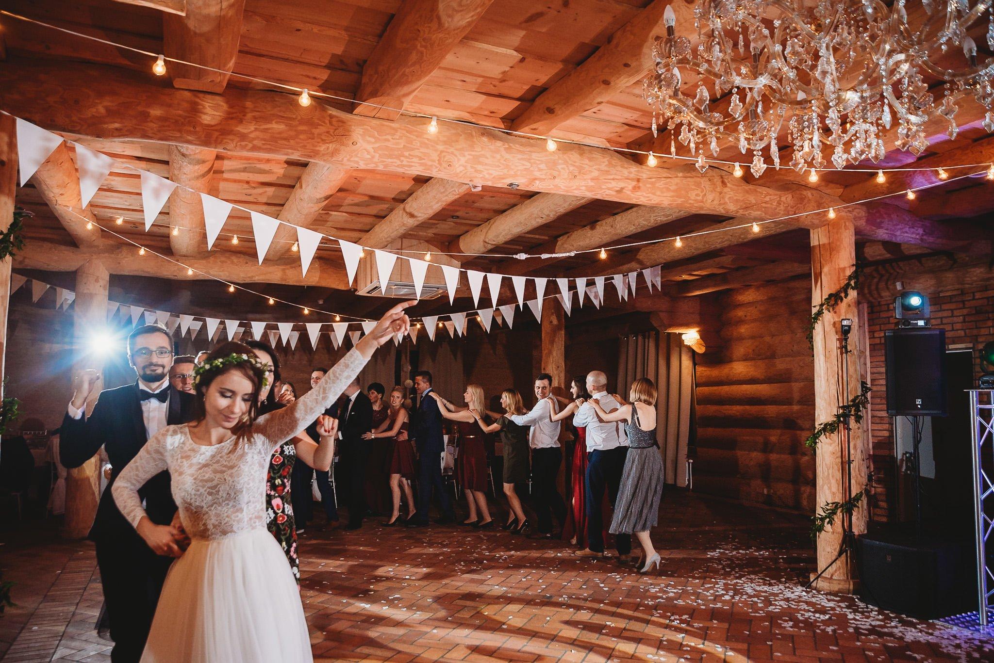 Fantastyczny ślub w stylu rustykalnym, wesele w Kapitańskiej  fotograf ślubny Konin 346