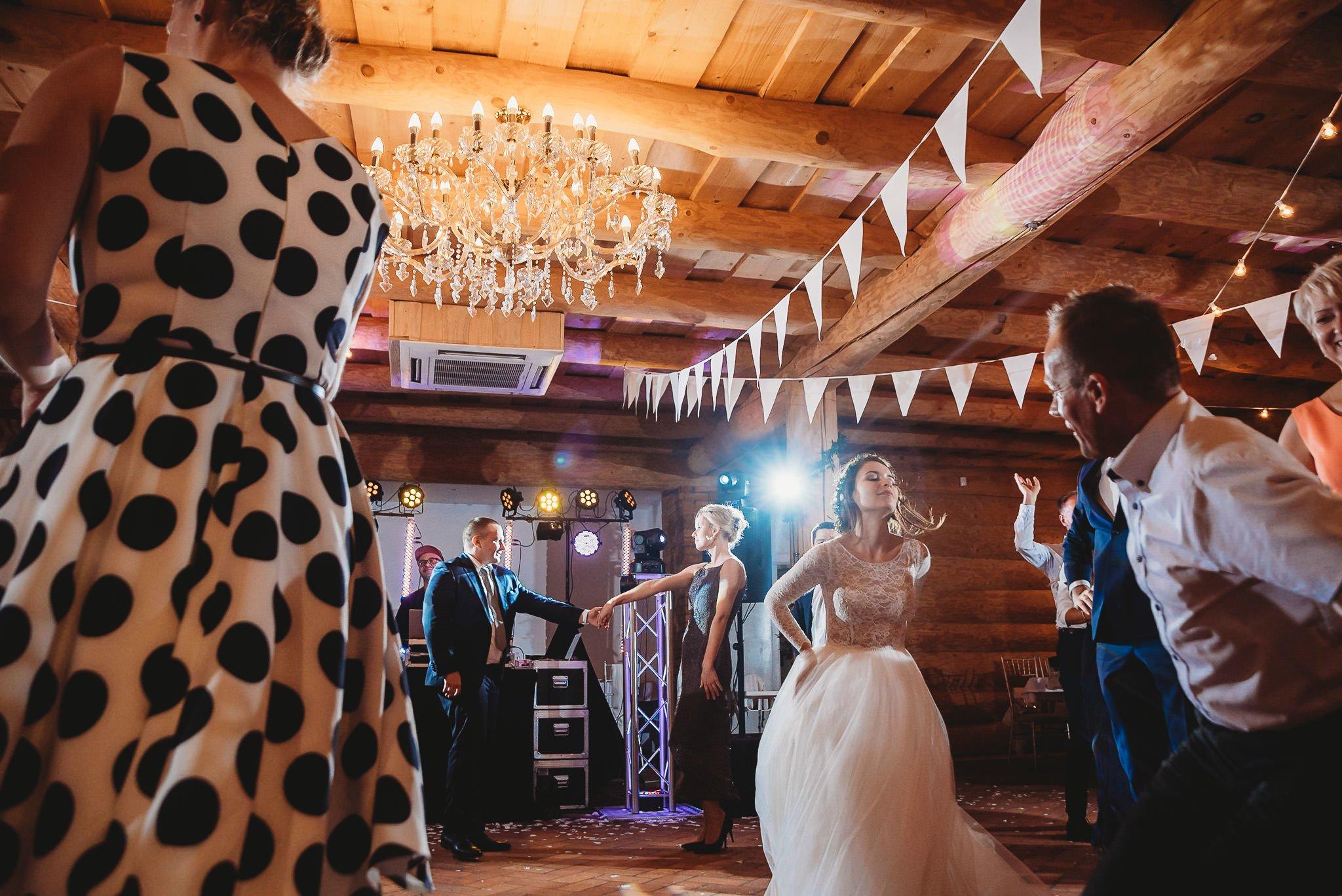 Fantastyczny ślub w stylu rustykalnym, wesele w Kapitańskiej  fotograf ślubny Konin 350