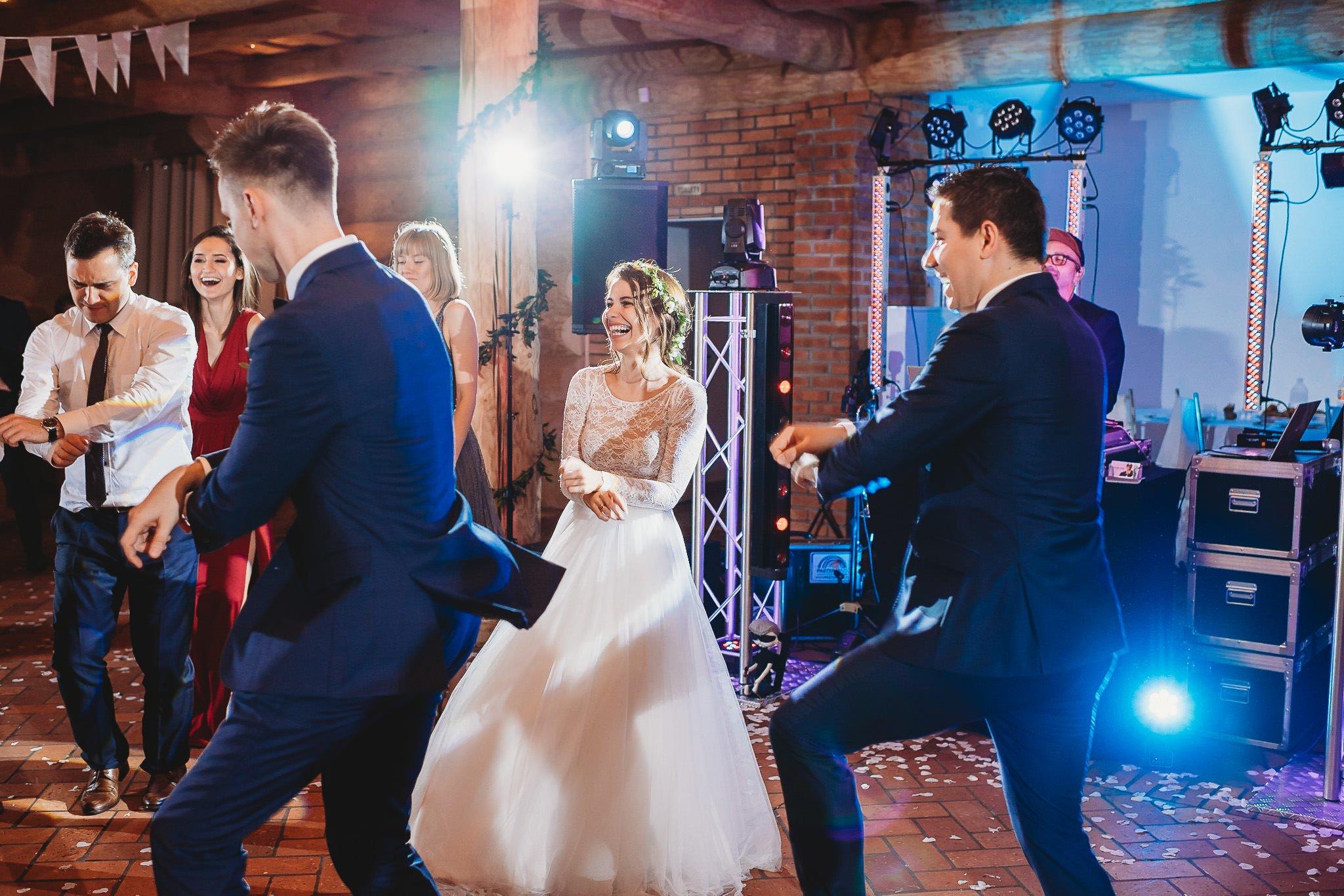 Fantastyczny ślub w stylu rustykalnym, wesele w Kapitańskiej  fotograf ślubny Konin 352