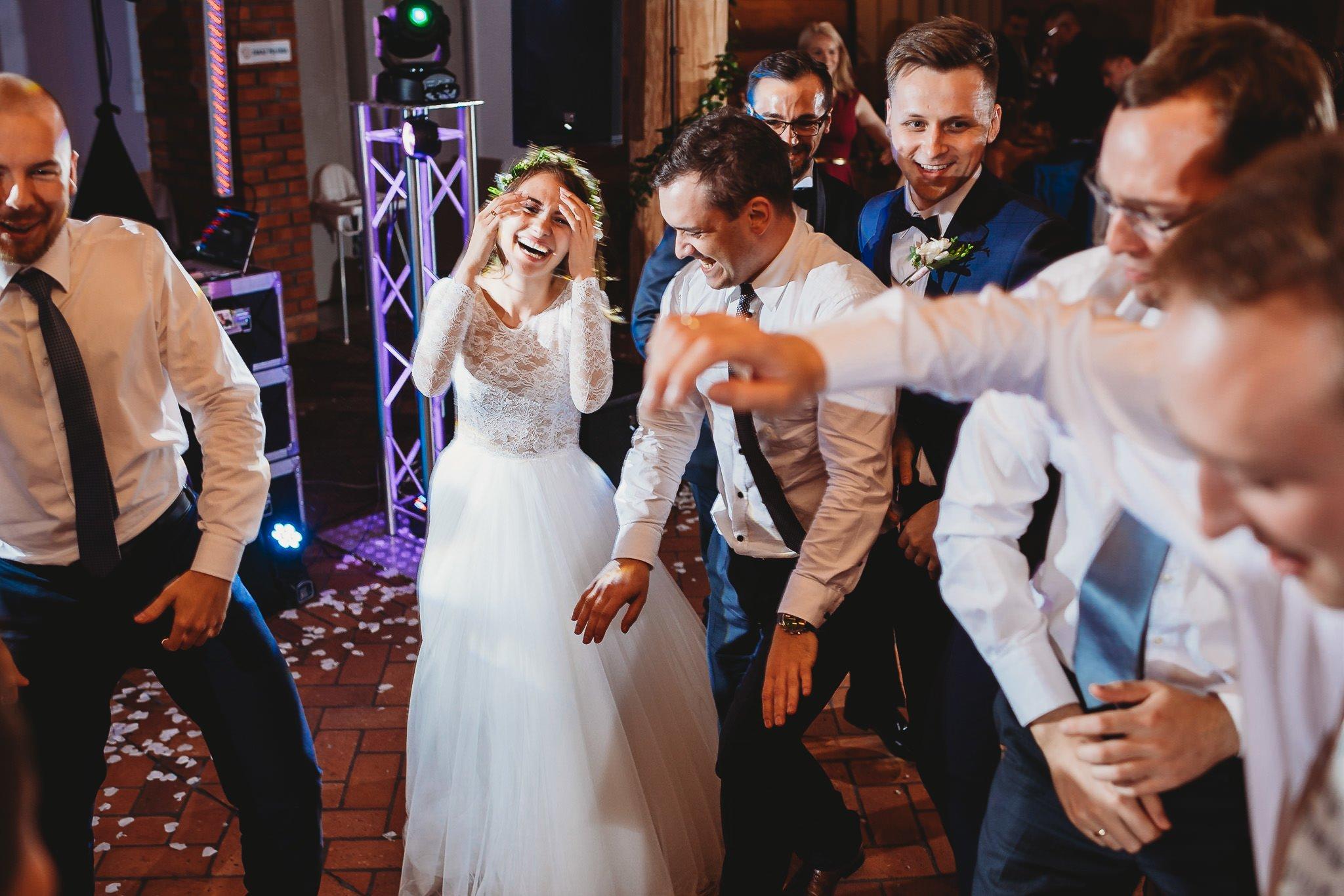 Fantastyczny ślub w stylu rustykalnym, wesele w Kapitańskiej  fotograf ślubny Konin 354