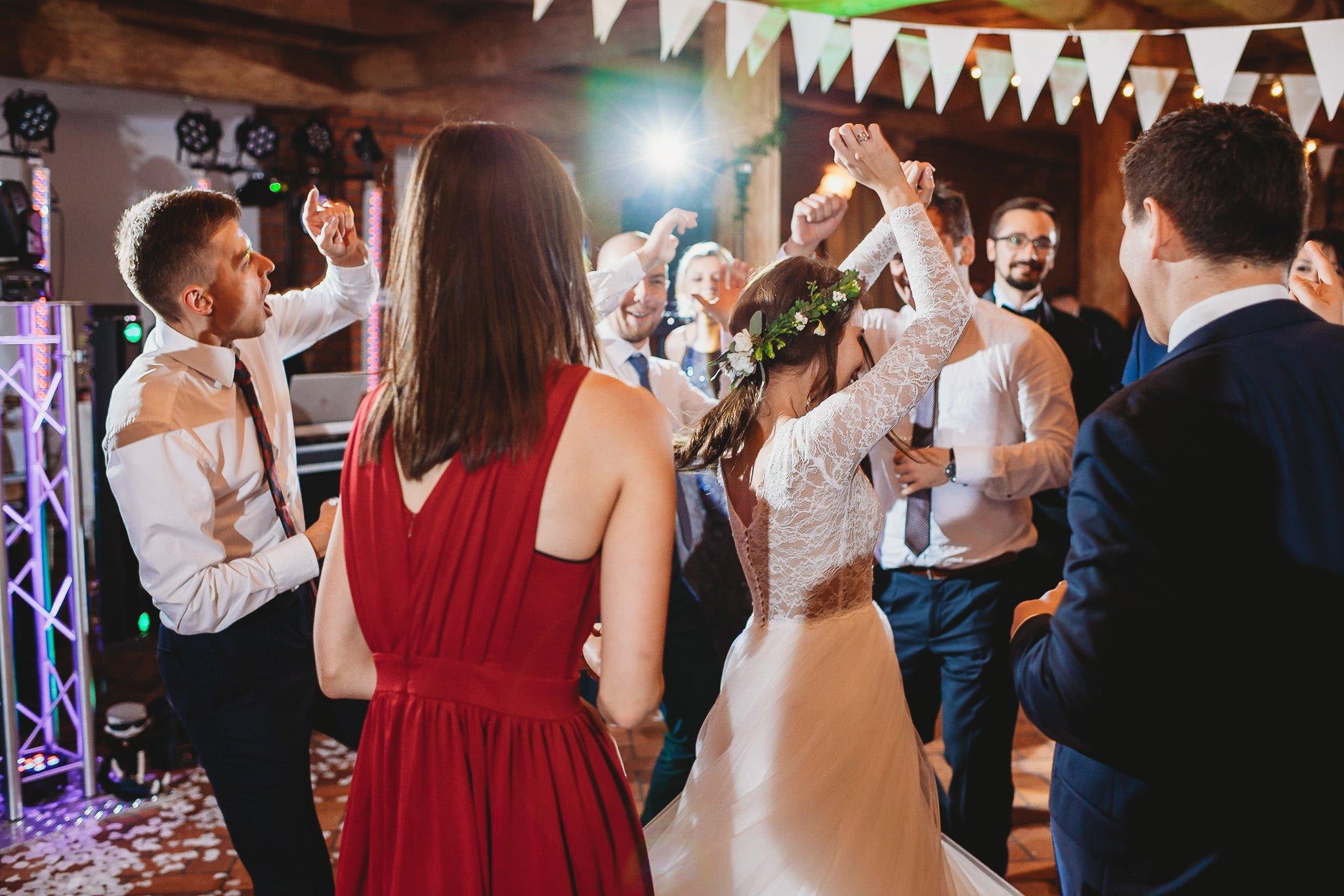 Fantastyczny ślub w stylu rustykalnym, wesele w Kapitańskiej  fotograf ślubny Konin 358