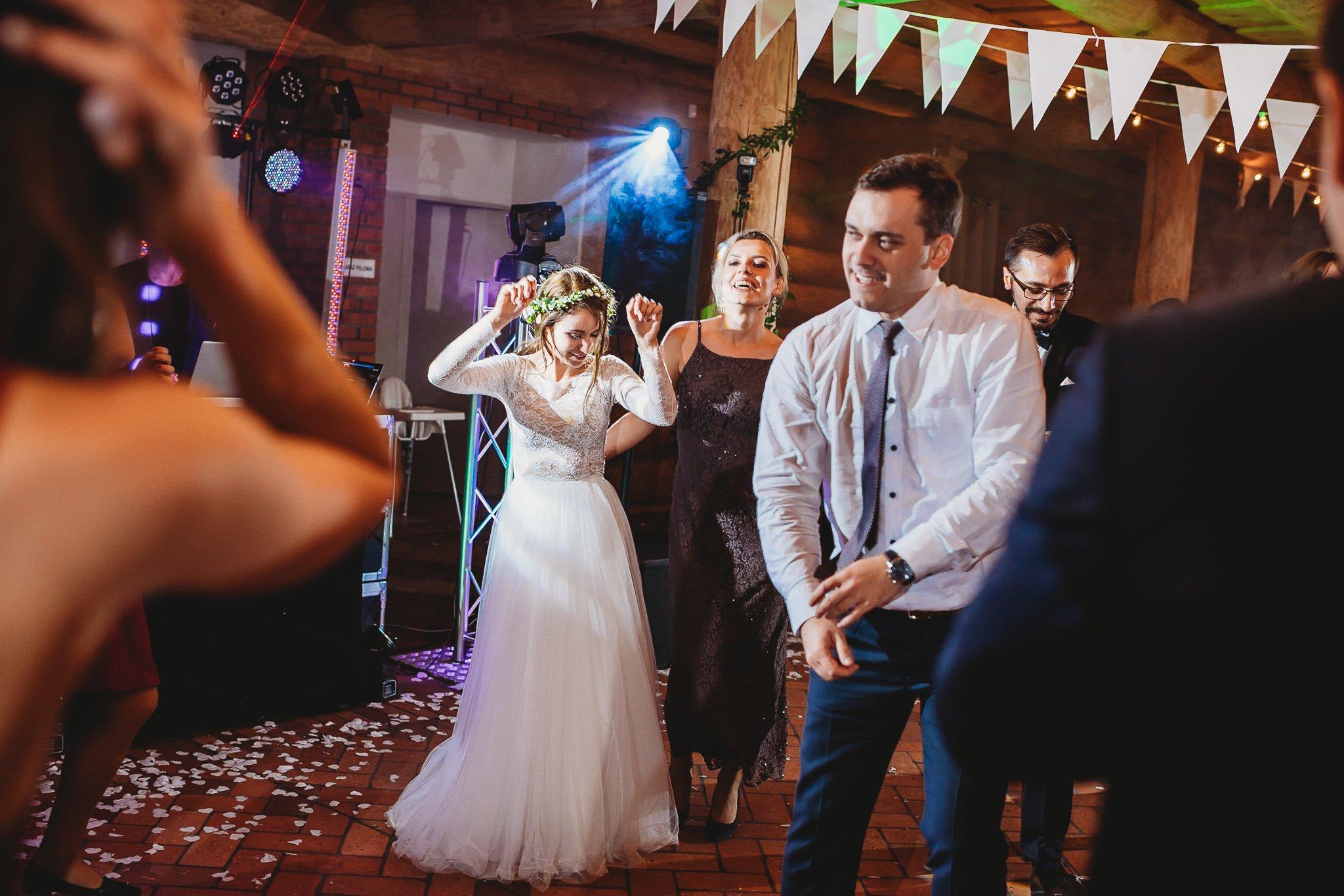 Fantastyczny ślub w stylu rustykalnym, wesele w Kapitańskiej  fotograf ślubny Konin 364