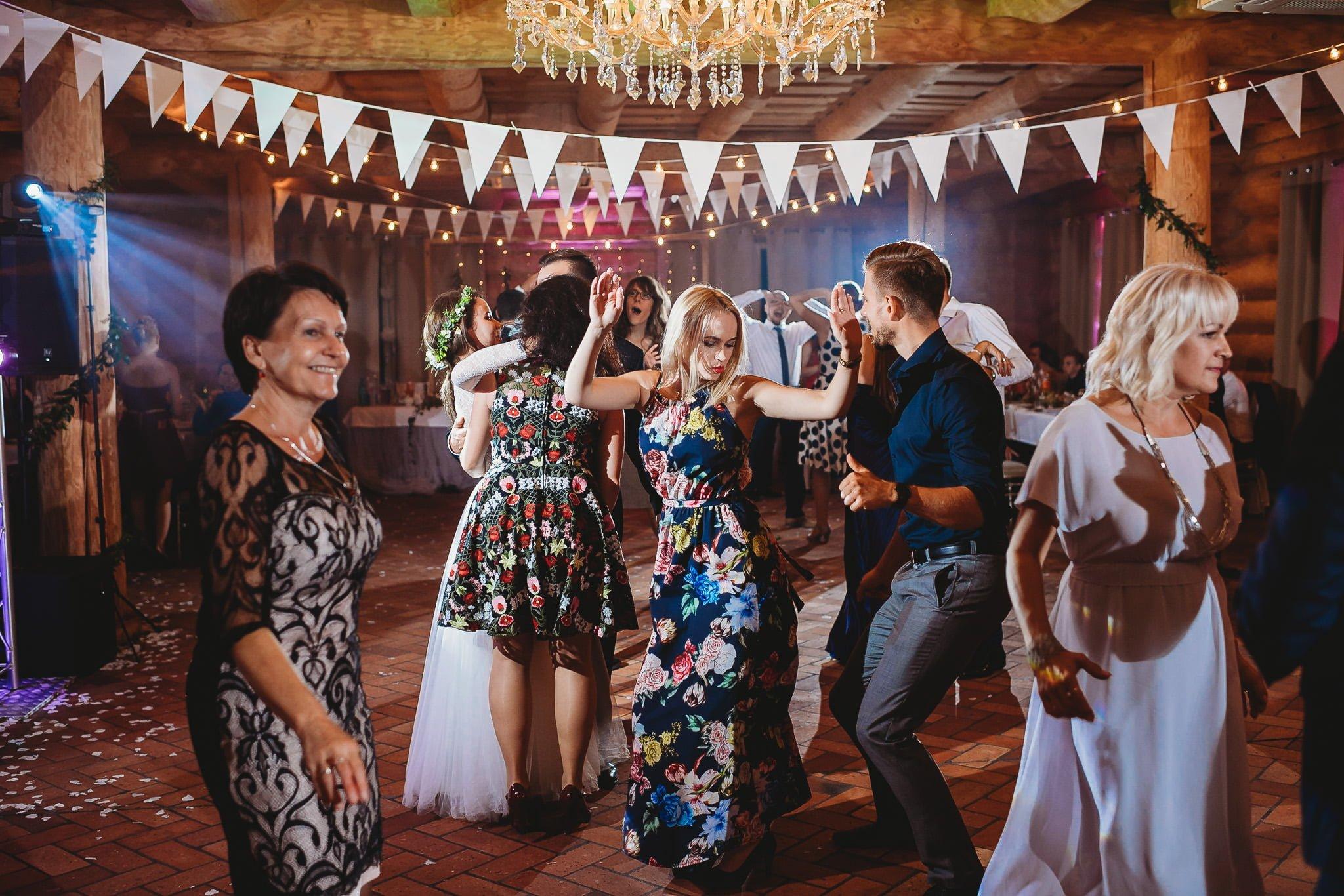 Fantastyczny ślub w stylu rustykalnym, wesele w Kapitańskiej  fotograf ślubny Konin 374