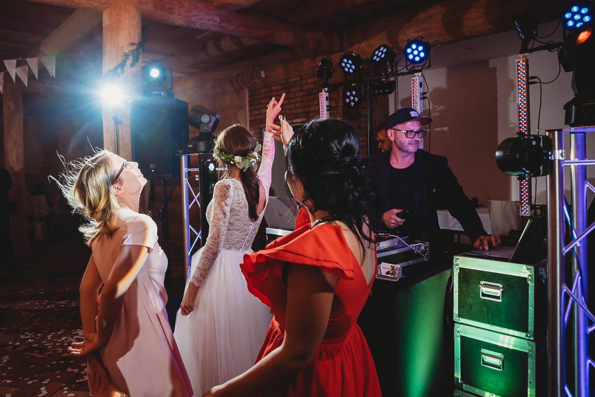 Fantastyczny ślub w stylu rustykalnym, wesele w Kapitańskiej  fotograf ślubny Konin 392