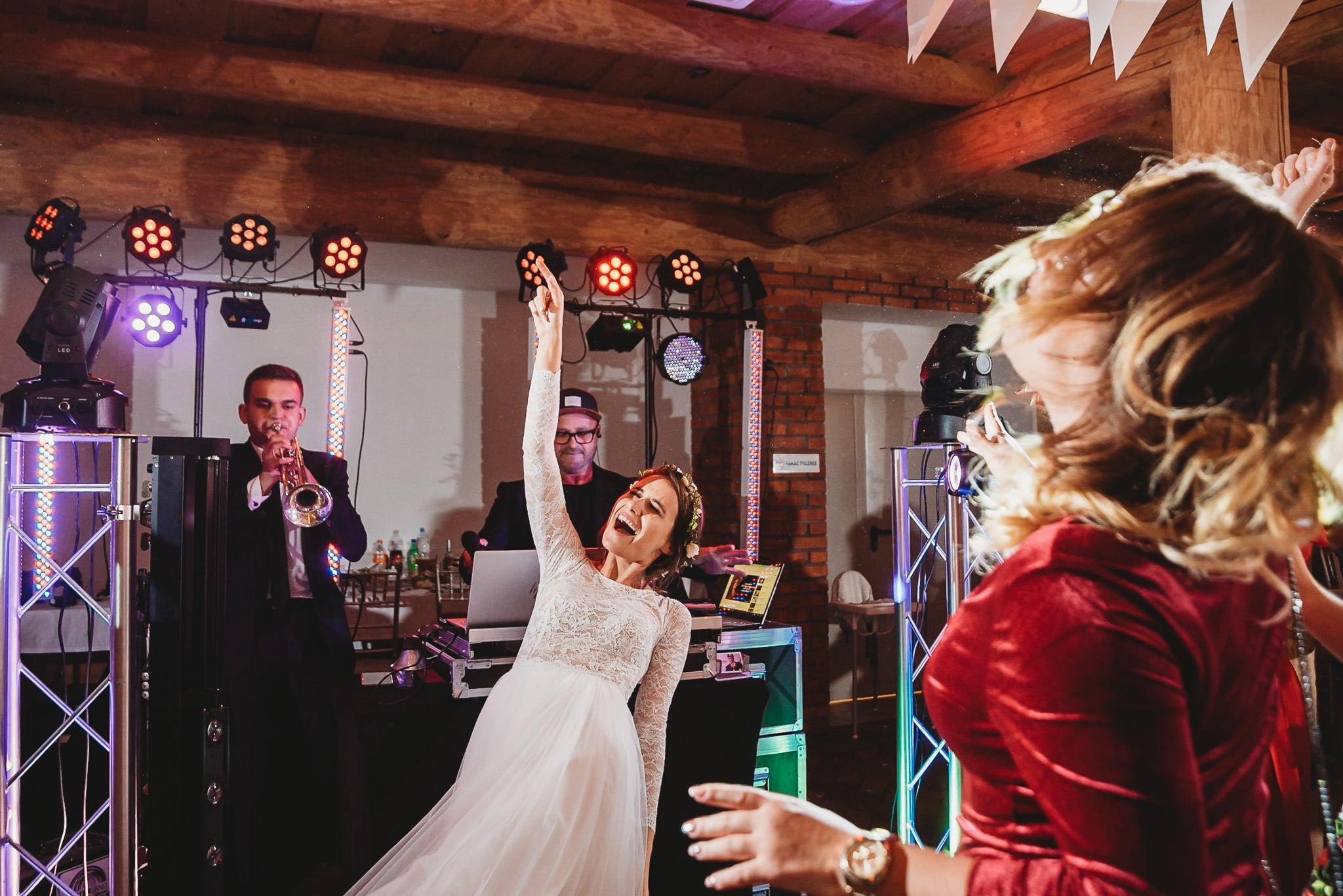 Fantastyczny ślub w stylu rustykalnym, wesele w Kapitańskiej  fotograf ślubny Konin 394