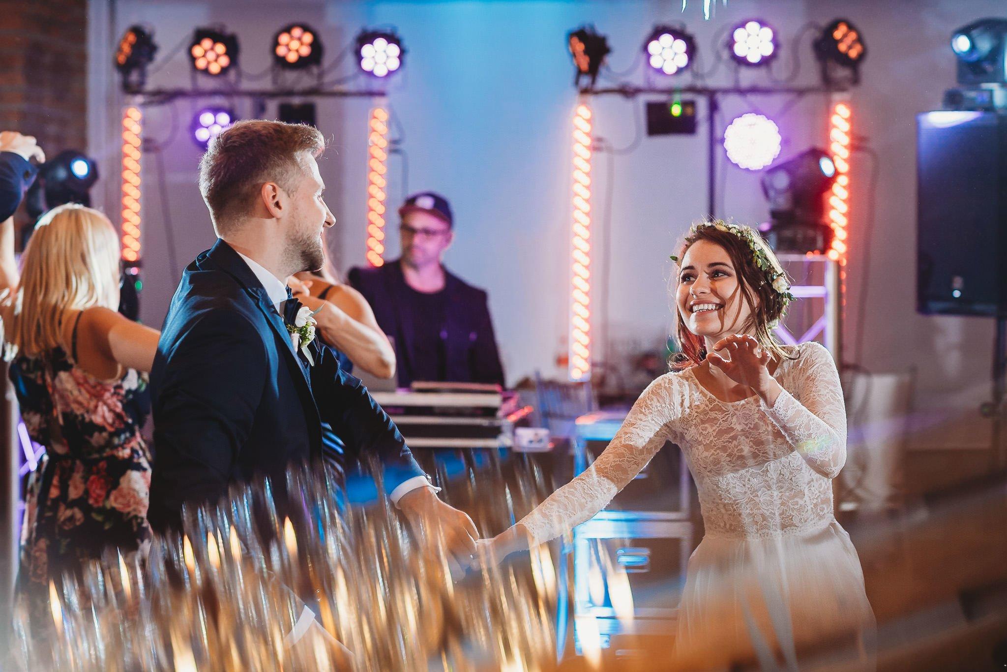 Fantastyczny ślub w stylu rustykalnym, wesele w Kapitańskiej  fotograf ślubny Konin 432