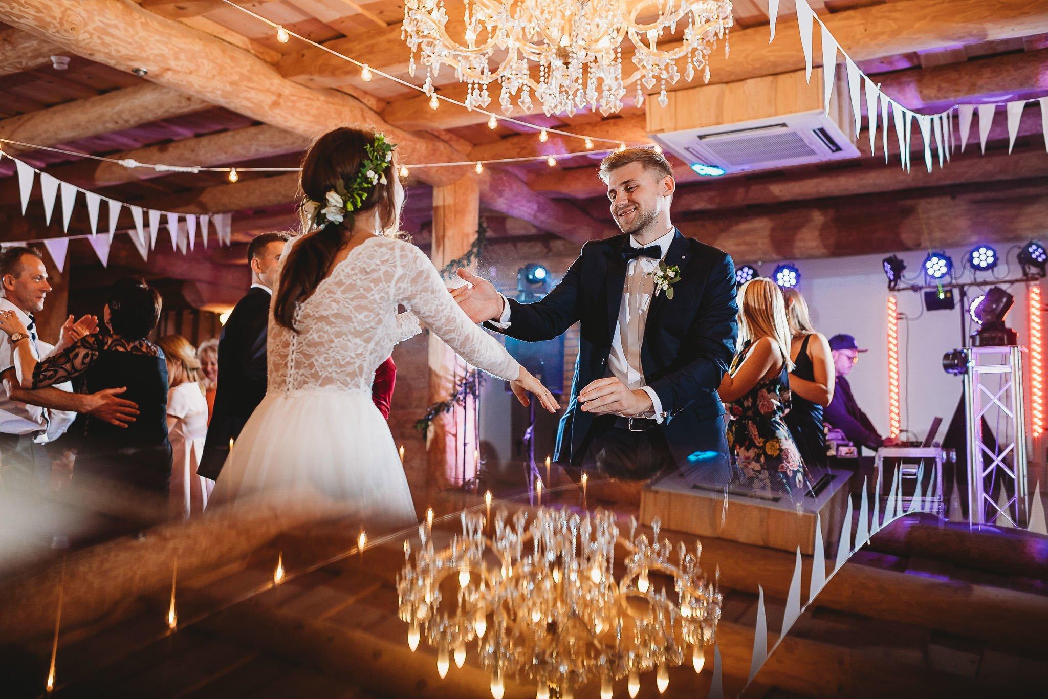 Fantastyczny ślub w stylu rustykalnym, wesele w Kapitańskiej  fotograf ślubny Konin 438