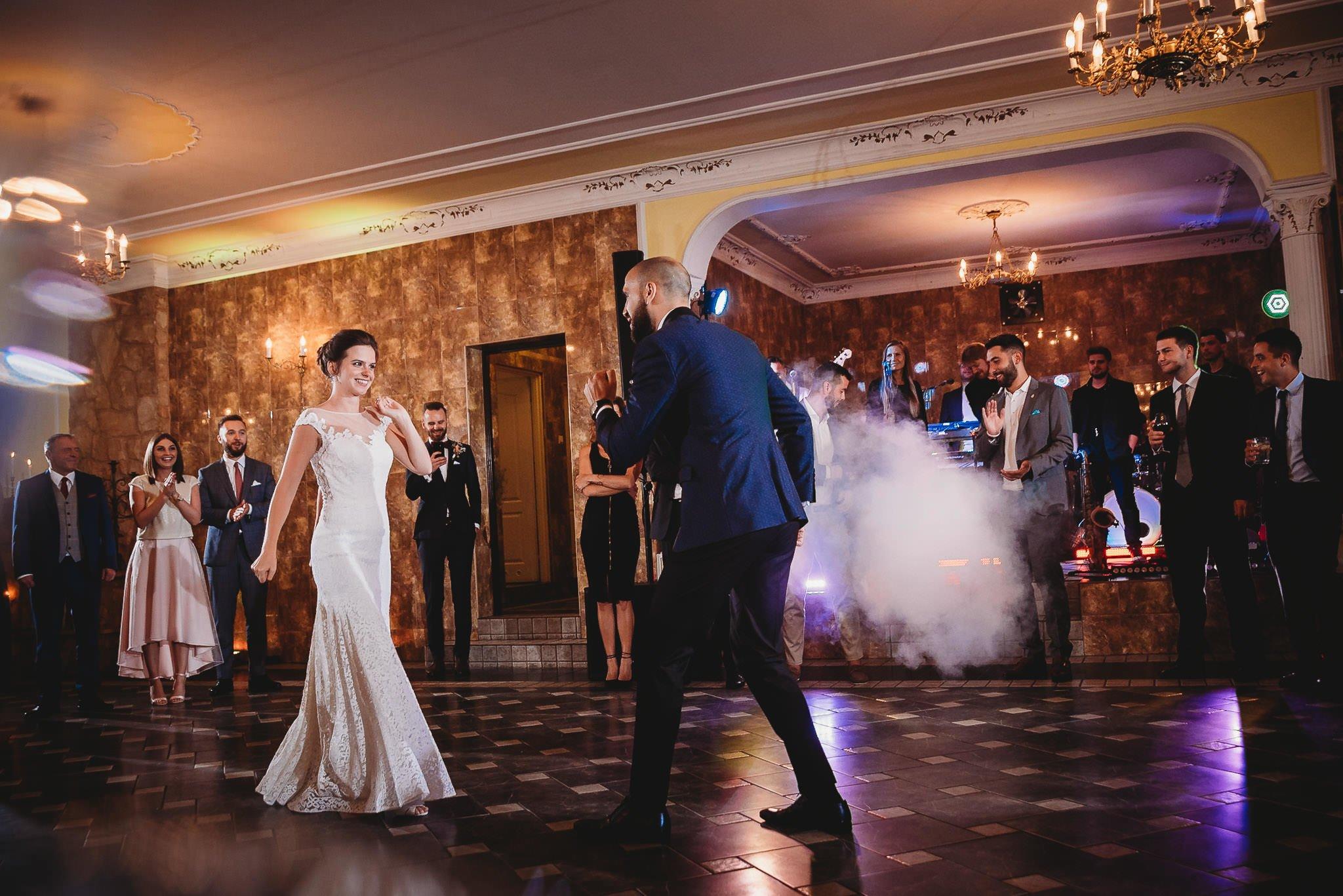 Płacz, łzy, śmiech, szał mieszanka wybuchowych emocji na niezapomnianym ślubie w Jaocinie| fotograf ślubny Konin 312