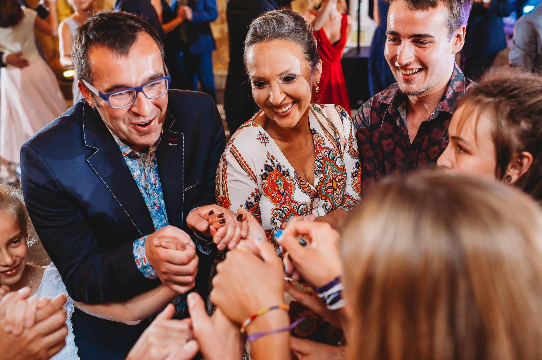 Płacz, łzy, śmiech, szał mieszanka wybuchowych emocji na niezapomnianym ślubie w Jaocinie| fotograf ślubny Konin 336