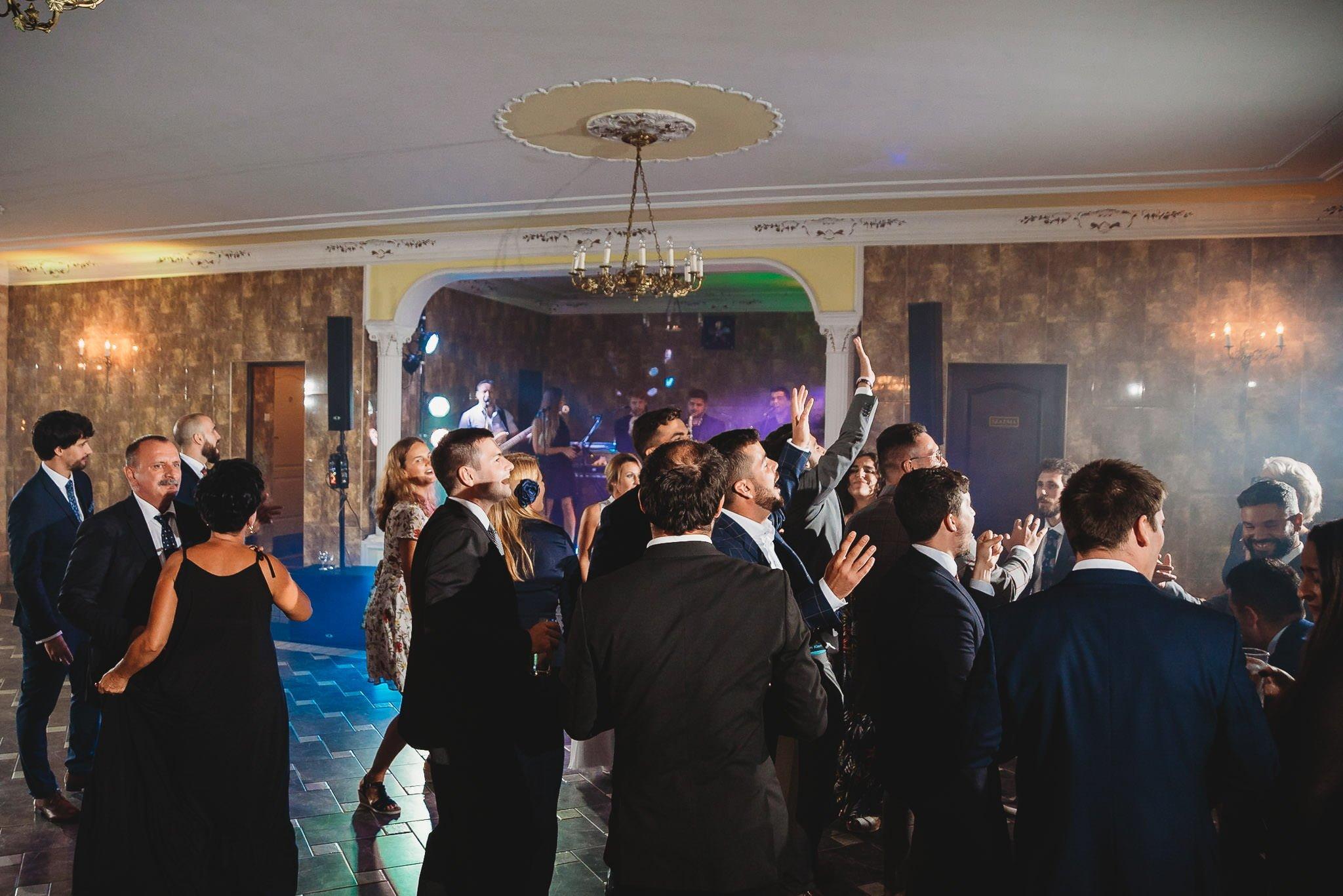 Płacz, łzy, śmiech, szał mieszanka wybuchowych emocji na niezapomnianym ślubie w Jaocinie| fotograf ślubny Konin 390