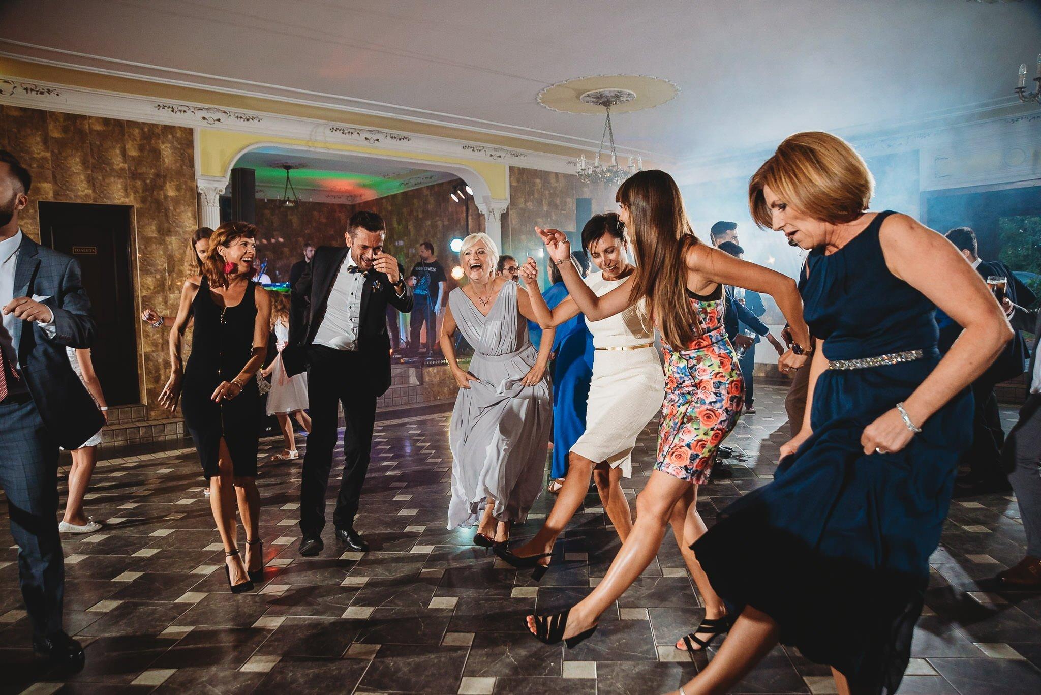 Płacz, łzy, śmiech, szał mieszanka wybuchowych emocji na niezapomnianym ślubie w Jaocinie| fotograf ślubny Konin 392