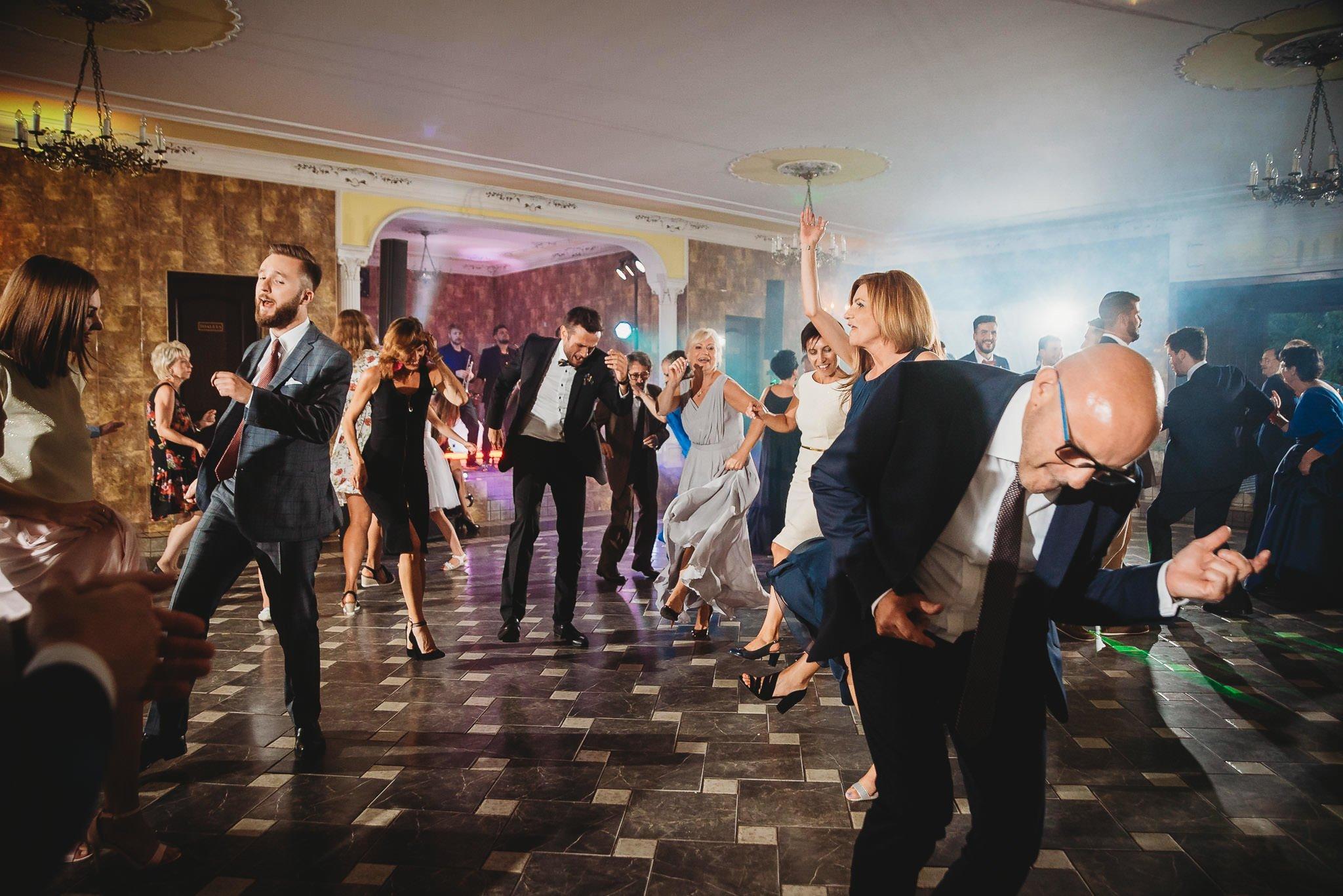 Płacz, łzy, śmiech, szał mieszanka wybuchowych emocji na niezapomnianym ślubie w Jaocinie| fotograf ślubny Konin 394