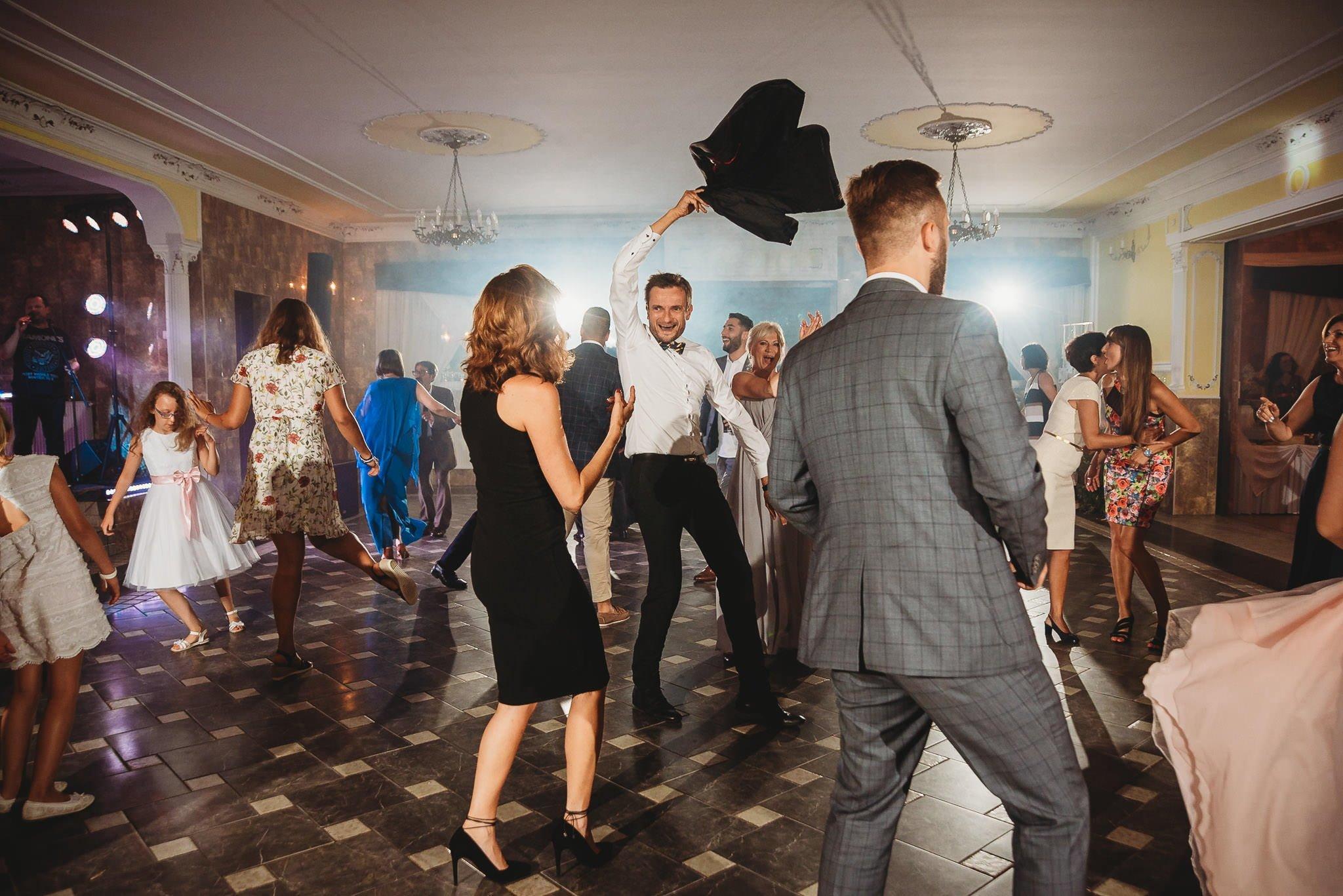 Płacz, łzy, śmiech, szał mieszanka wybuchowych emocji na niezapomnianym ślubie w Jaocinie| fotograf ślubny Konin 396