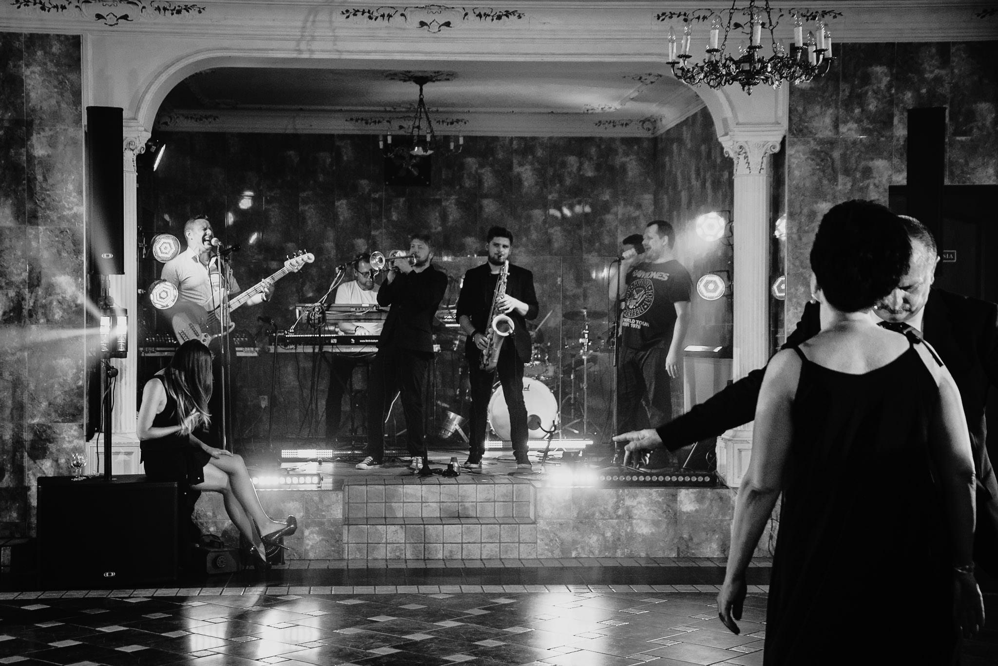 Płacz, łzy, śmiech, szał mieszanka wybuchowych emocji na niezapomnianym ślubie w Jaocinie| fotograf ślubny Konin 400