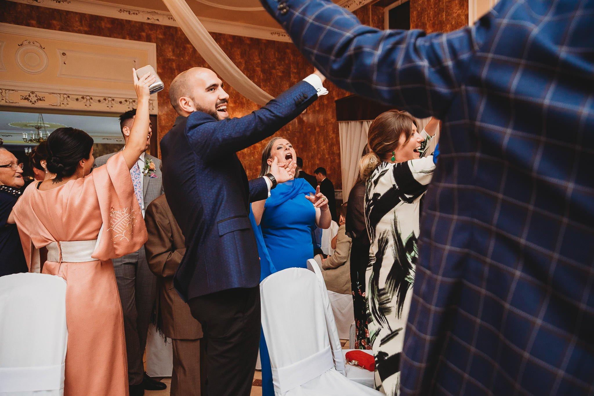 Płacz, łzy, śmiech, szał mieszanka wybuchowych emocji na niezapomnianym ślubie w Jaocinie| fotograf ślubny Konin 406