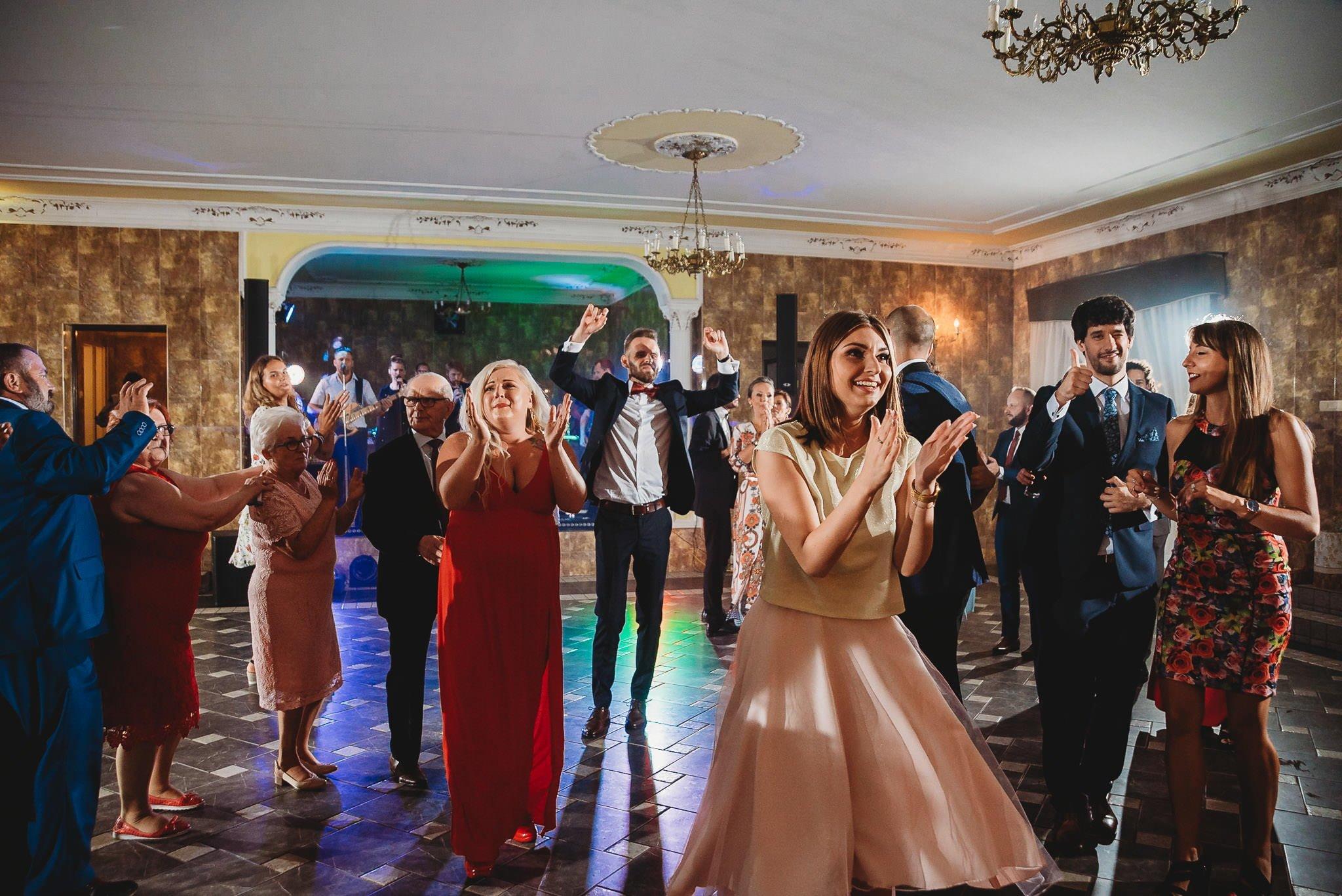 Płacz, łzy, śmiech, szał mieszanka wybuchowych emocji na niezapomnianym ślubie w Jaocinie| fotograf ślubny Konin 415