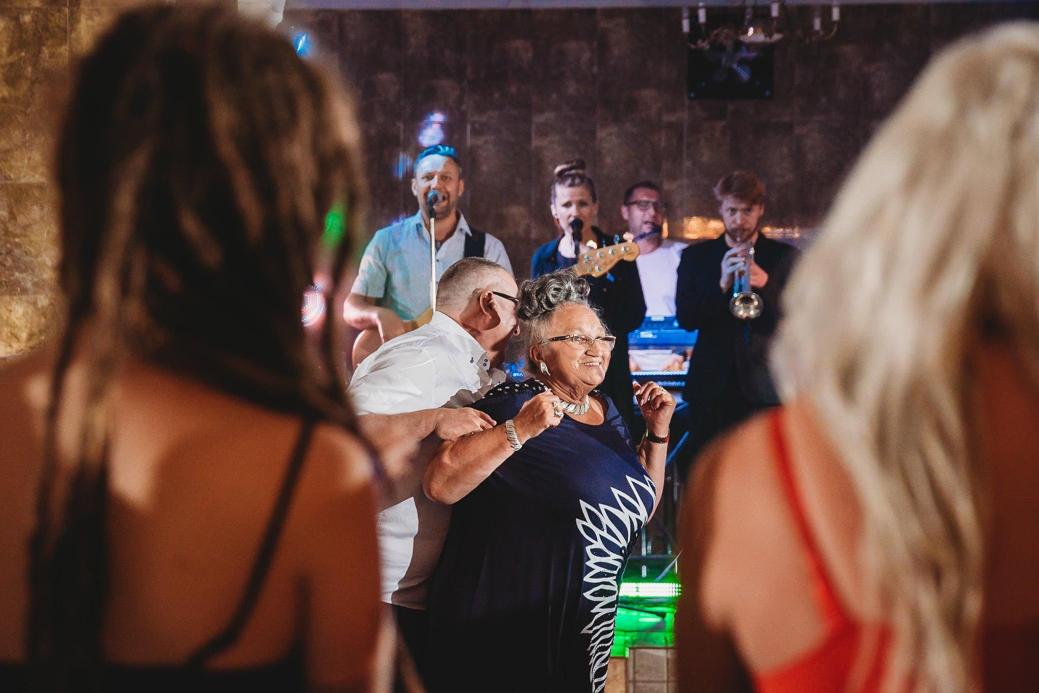 Płacz, łzy, śmiech, szał mieszanka wybuchowych emocji na niezapomnianym ślubie w Jaocinie| fotograf ślubny Konin 417