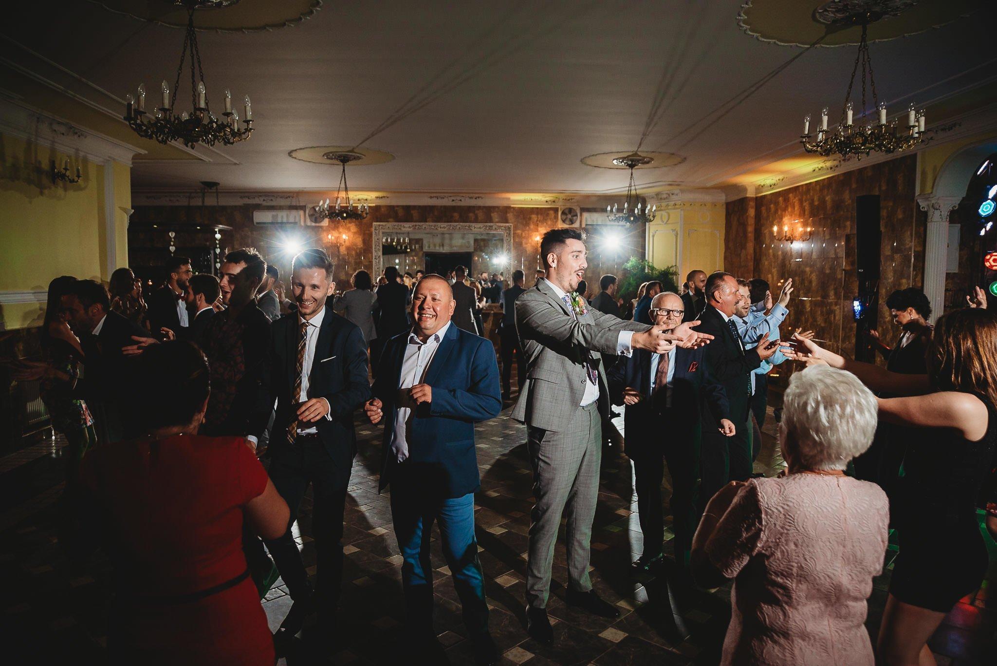 Płacz, łzy, śmiech, szał mieszanka wybuchowych emocji na niezapomnianym ślubie w Jaocinie| fotograf ślubny Konin 434