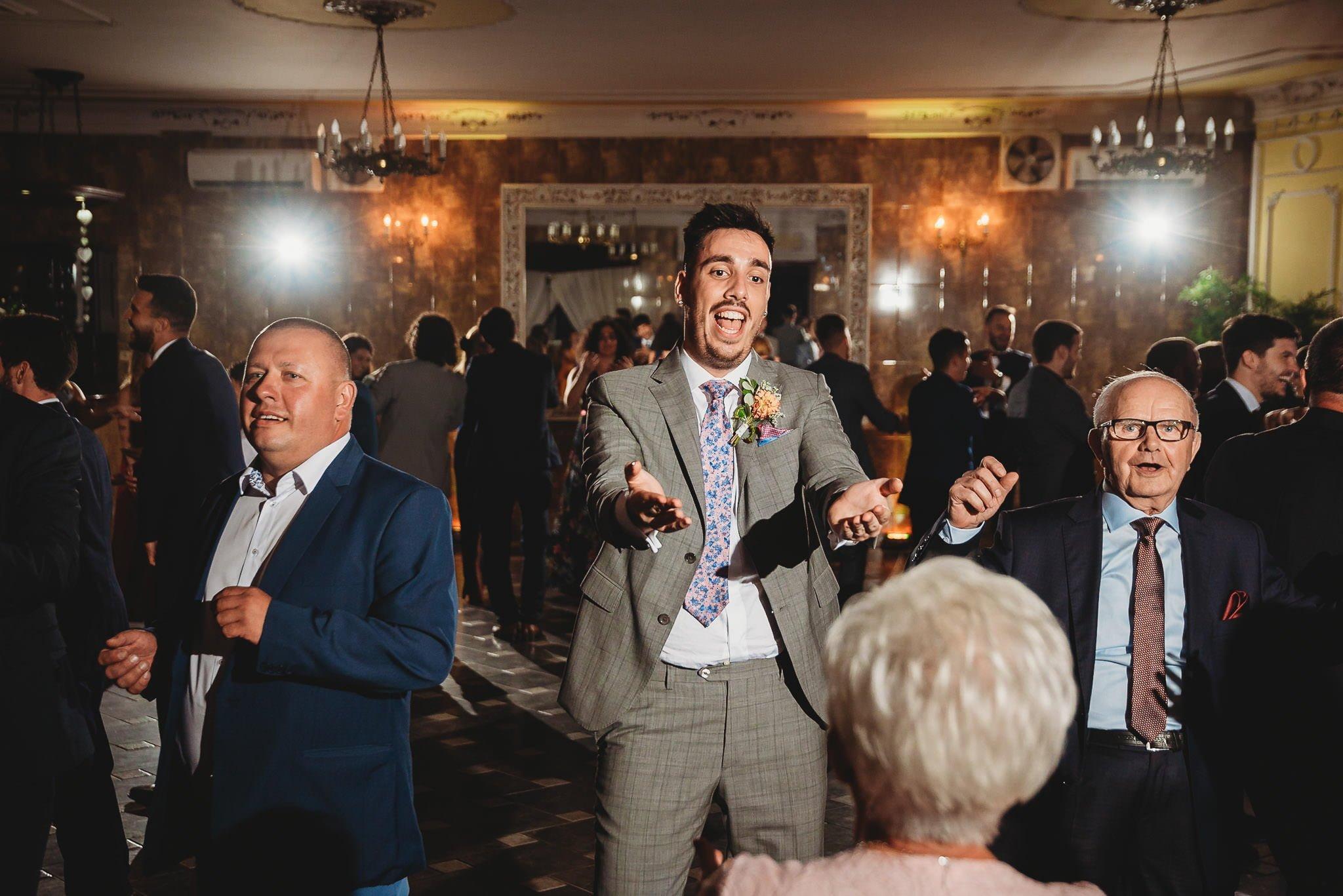 Płacz, łzy, śmiech, szał mieszanka wybuchowych emocji na niezapomnianym ślubie w Jaocinie| fotograf ślubny Konin 436