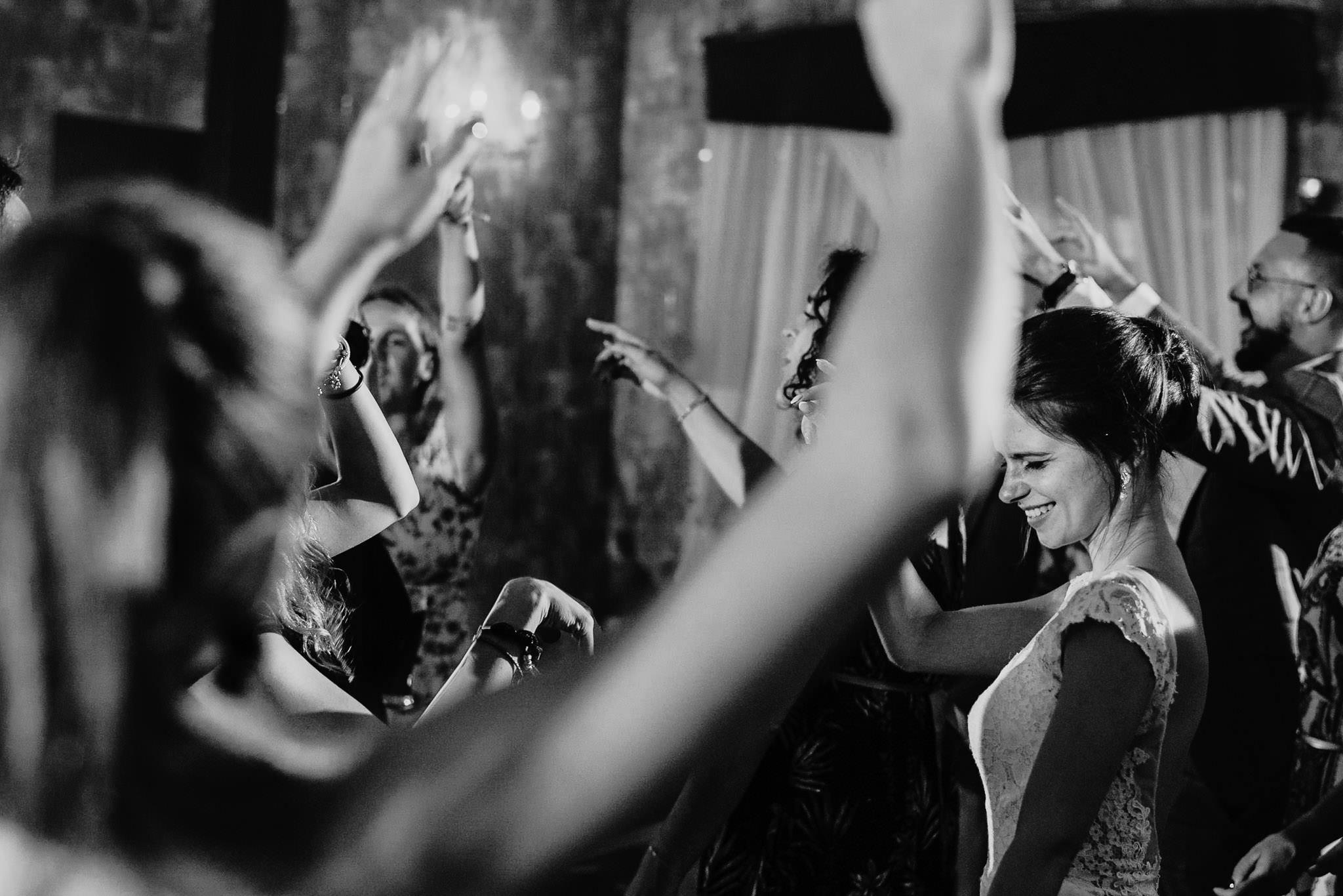 Płacz, łzy, śmiech, szał mieszanka wybuchowych emocji na niezapomnianym ślubie w Jaocinie| fotograf ślubny Konin 454