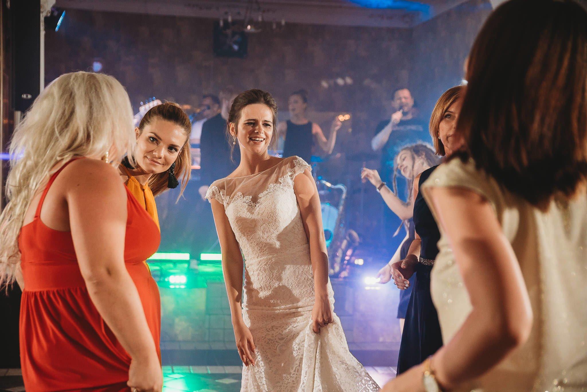Płacz, łzy, śmiech, szał mieszanka wybuchowych emocji na niezapomnianym ślubie w Jaocinie| fotograf ślubny Konin 456