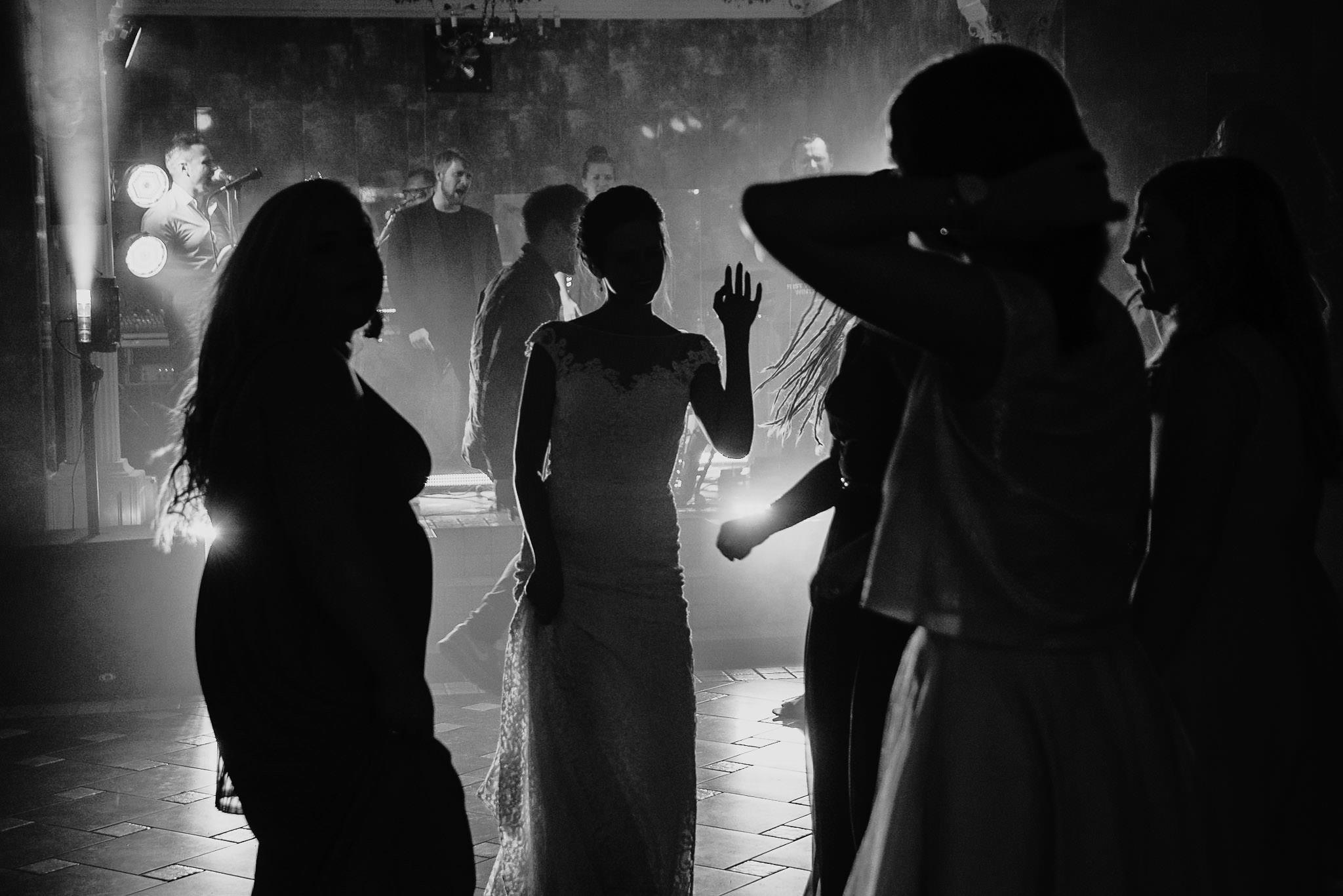 Płacz, łzy, śmiech, szał mieszanka wybuchowych emocji na niezapomnianym ślubie w Jaocinie| fotograf ślubny Konin 458