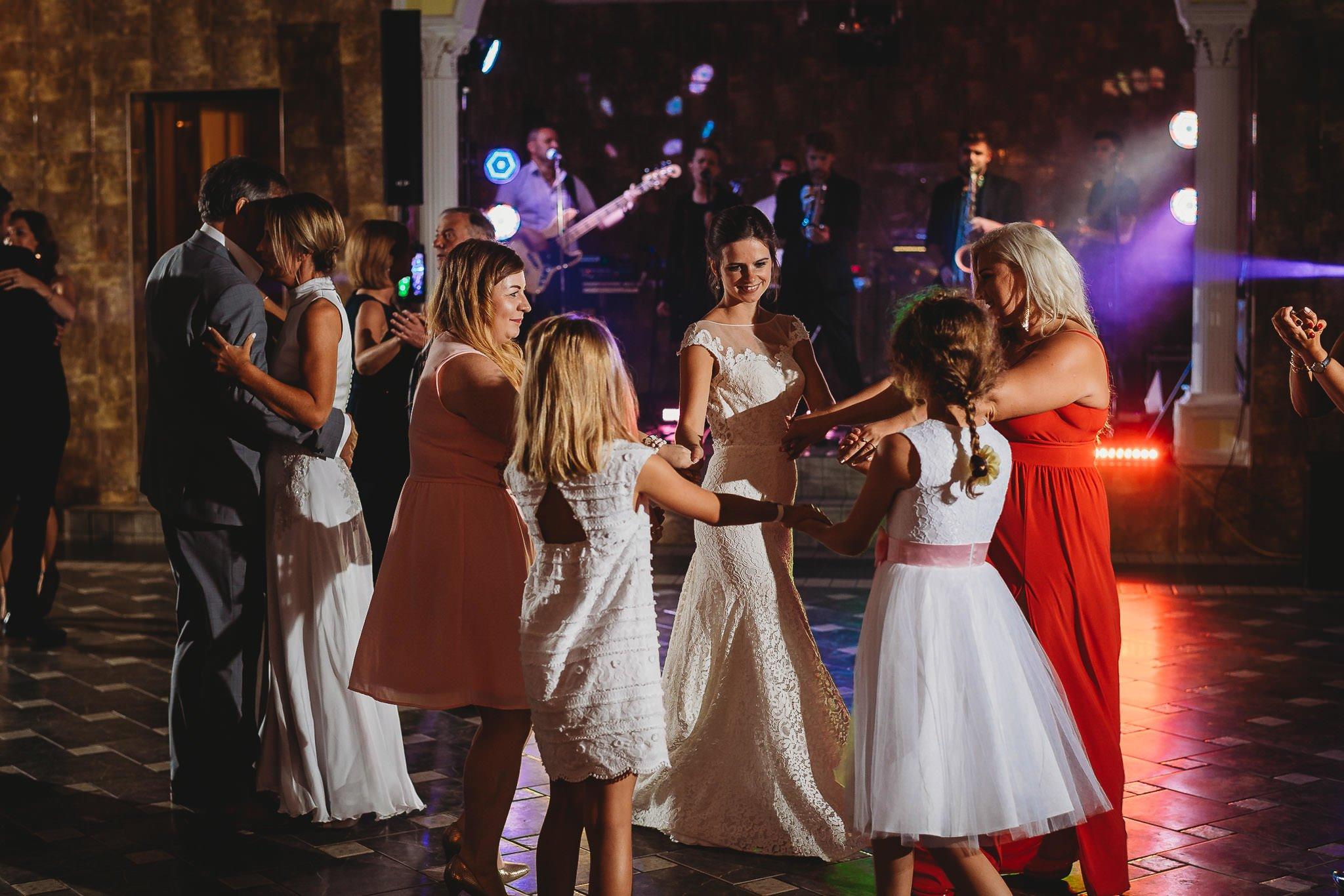 Płacz, łzy, śmiech, szał mieszanka wybuchowych emocji na niezapomnianym ślubie w Jaocinie| fotograf ślubny Konin 460