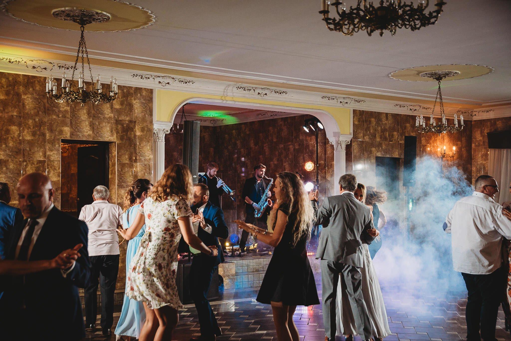 Płacz, łzy, śmiech, szał mieszanka wybuchowych emocji na niezapomnianym ślubie w Jaocinie| fotograf ślubny Konin 464