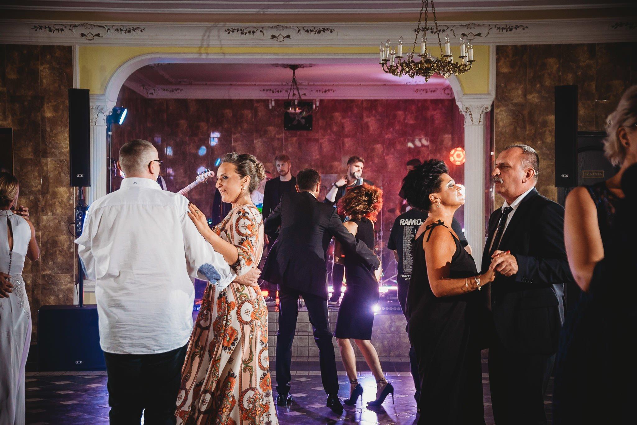Płacz, łzy, śmiech, szał mieszanka wybuchowych emocji na niezapomnianym ślubie w Jaocinie| fotograf ślubny Konin 466