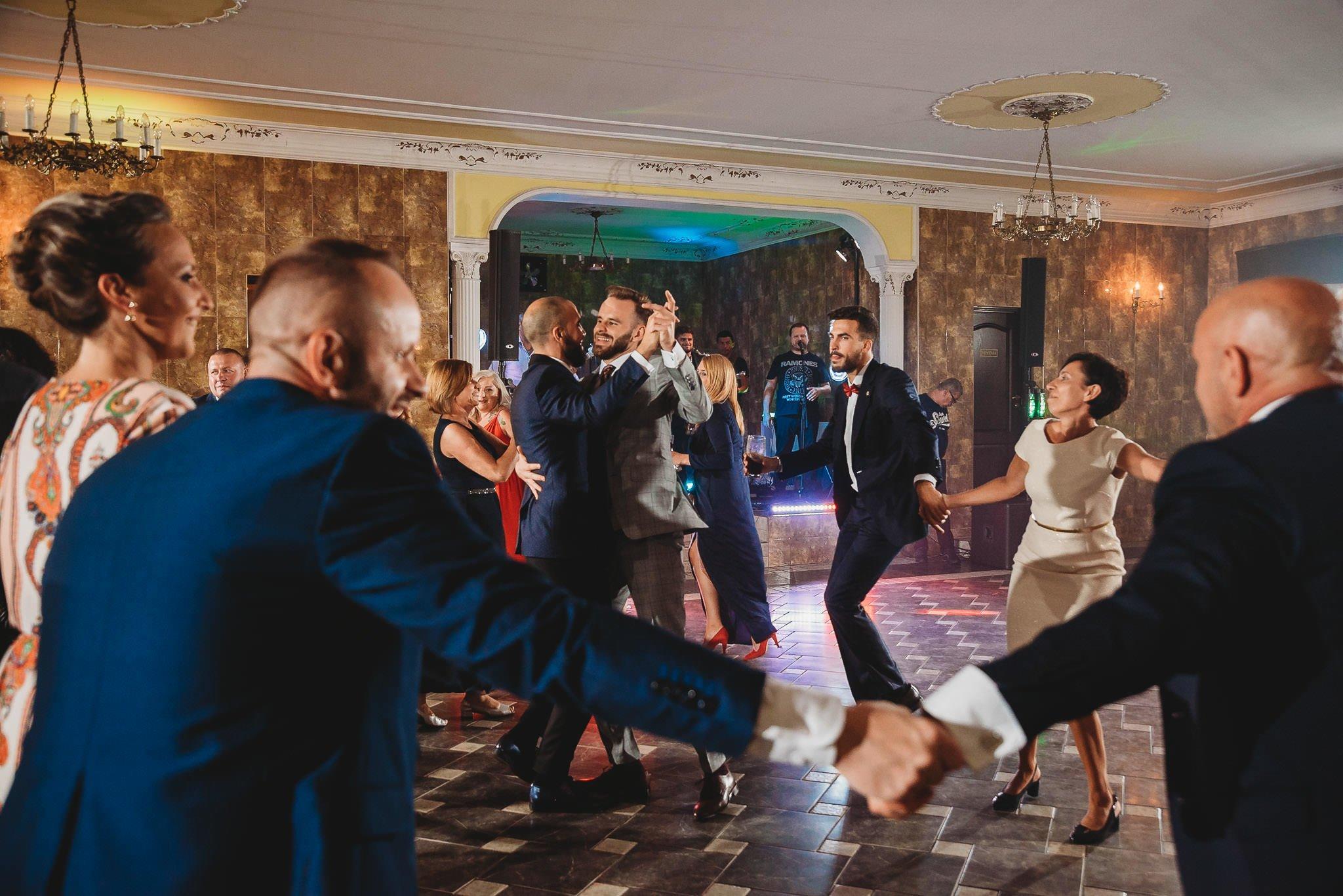 panowie tańczą, zabawa weselna, ślub,