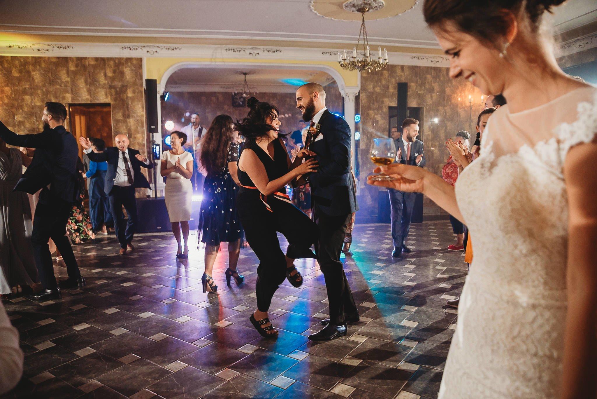 Płacz, łzy, śmiech, szał mieszanka wybuchowych emocji na niezapomnianym ślubie w Jaocinie| fotograf ślubny Konin 475