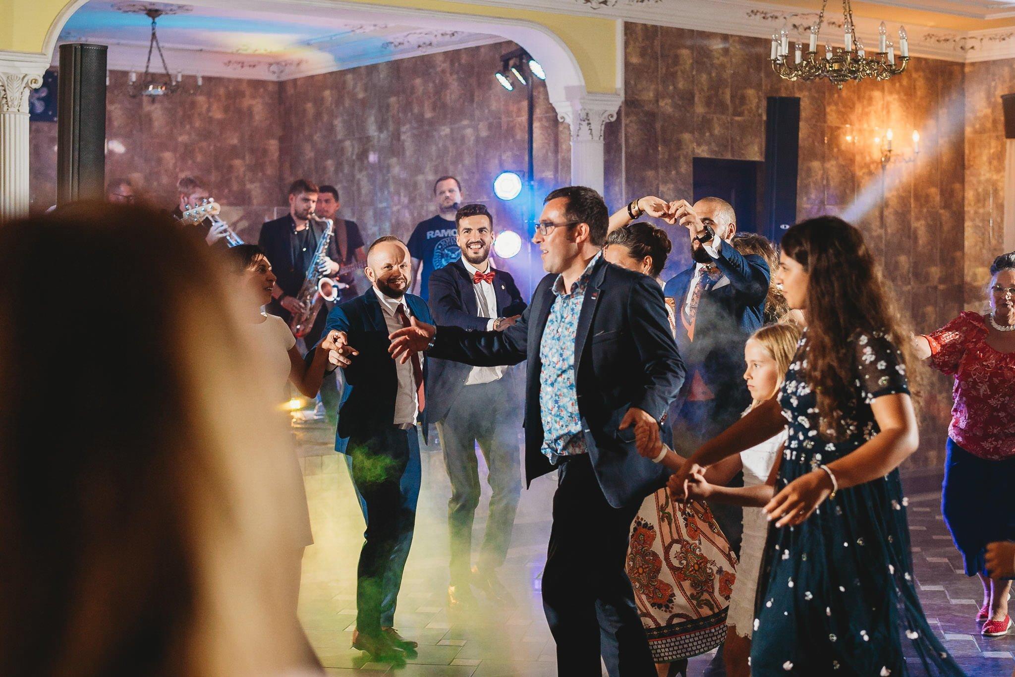 Płacz, łzy, śmiech, szał mieszanka wybuchowych emocji na niezapomnianym ślubie w Jaocinie| fotograf ślubny Konin 479