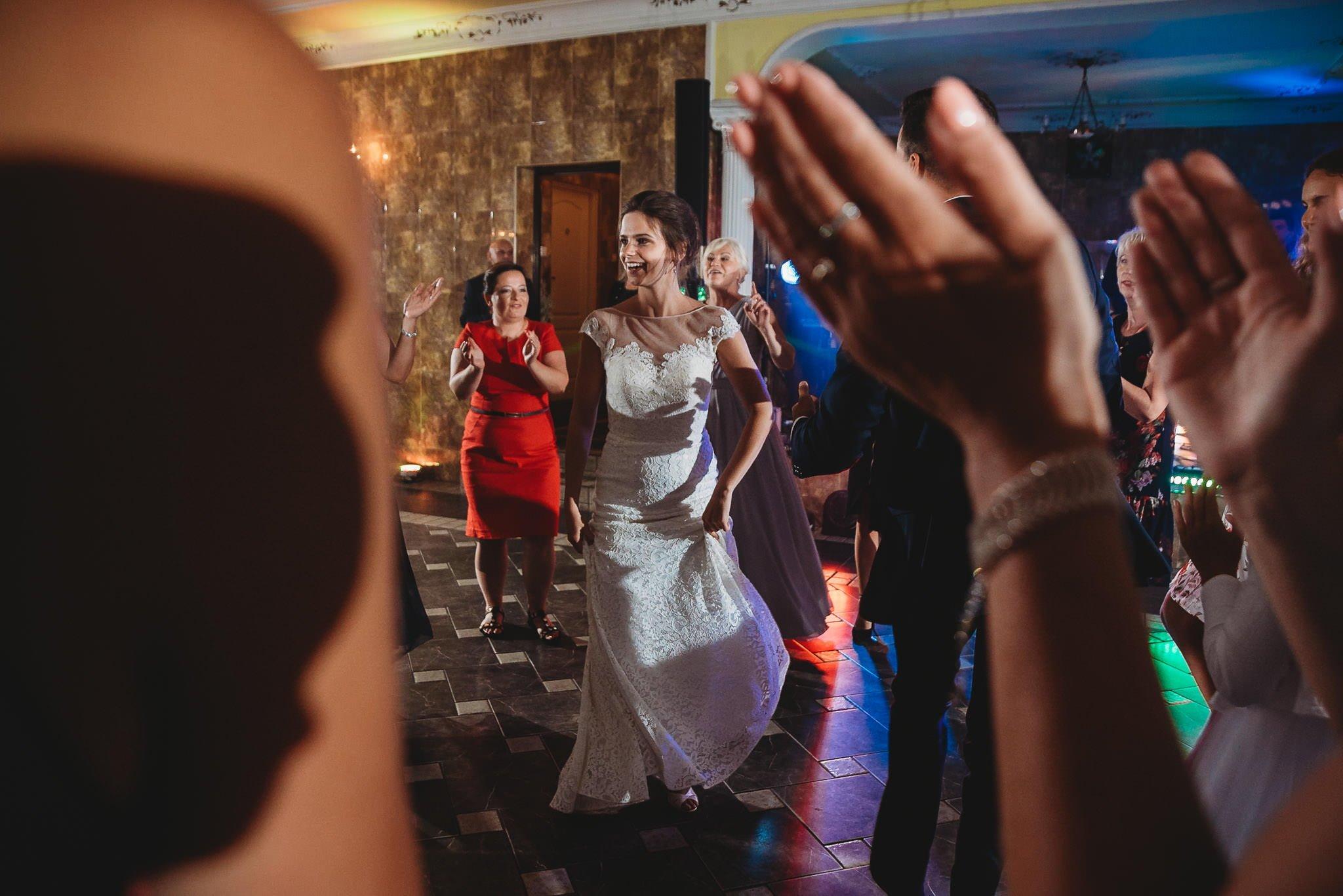 Płacz, łzy, śmiech, szał mieszanka wybuchowych emocji na niezapomnianym ślubie w Jaocinie| fotograf ślubny Konin 497