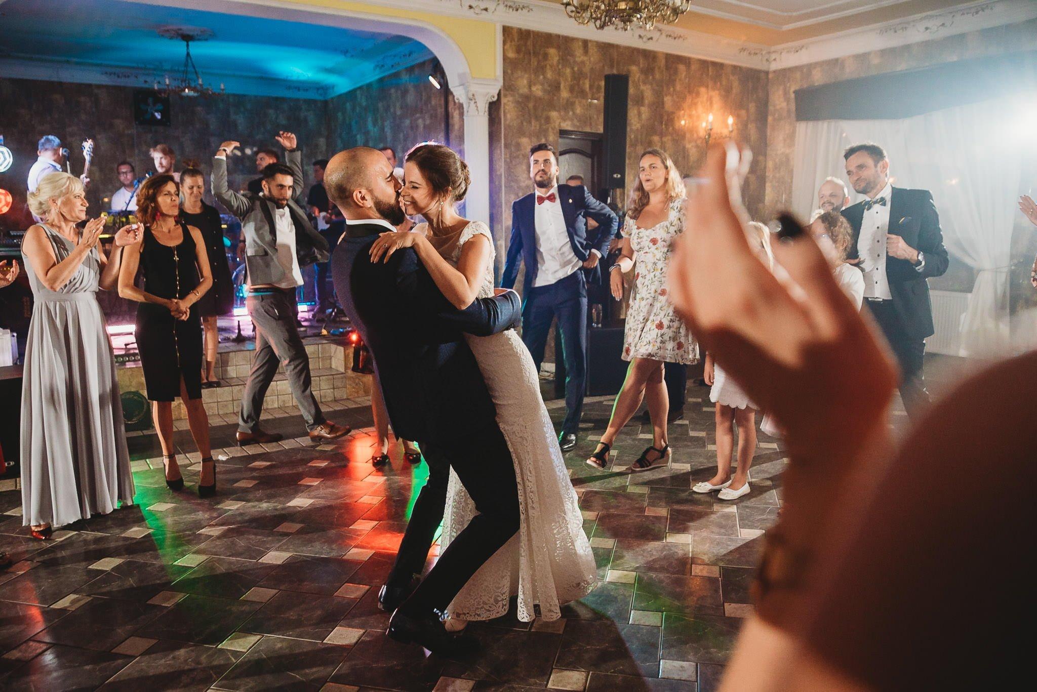 Płacz, łzy, śmiech, szał mieszanka wybuchowych emocji na niezapomnianym ślubie w Jaocinie| fotograf ślubny Konin 500