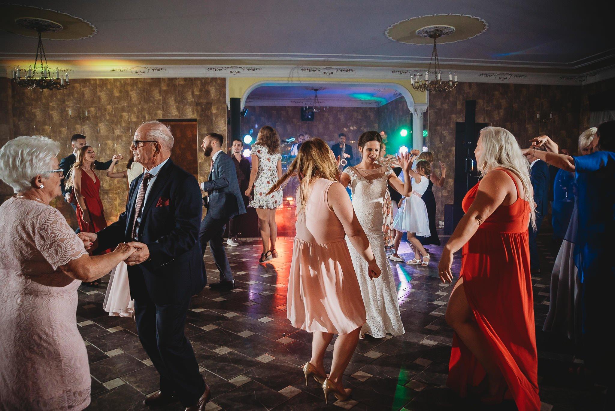 Płacz, łzy, śmiech, szał mieszanka wybuchowych emocji na niezapomnianym ślubie w Jaocinie| fotograf ślubny Konin 538