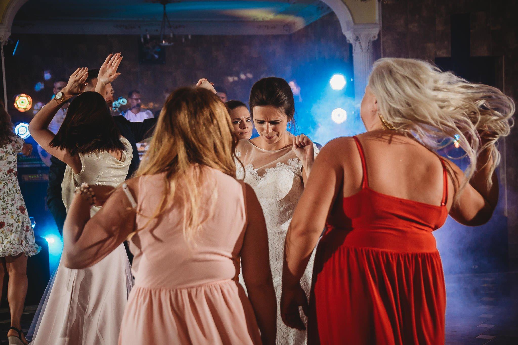 Płacz, łzy, śmiech, szał mieszanka wybuchowych emocji na niezapomnianym ślubie w Jaocinie| fotograf ślubny Konin 540